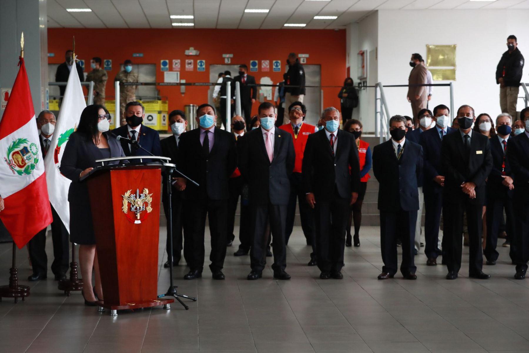 La ministra de Defensa, Nuria Esparch, y su equipo. Foto: ANDINA/difusión.