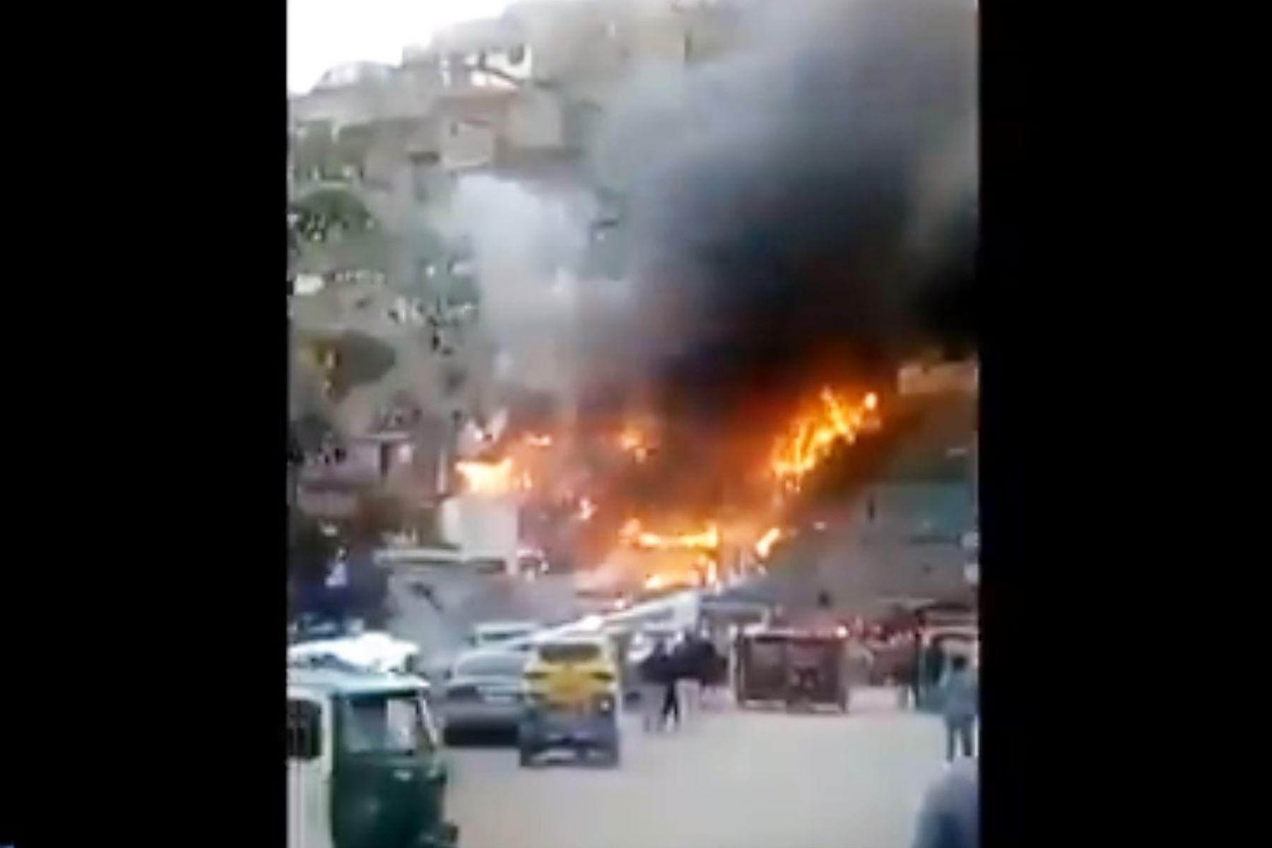 Al menos 30 viviendas de material rústico fueron arrasadas por incendio urbano en el distrito de Villa María del Triunfo. Foto: Captura TV