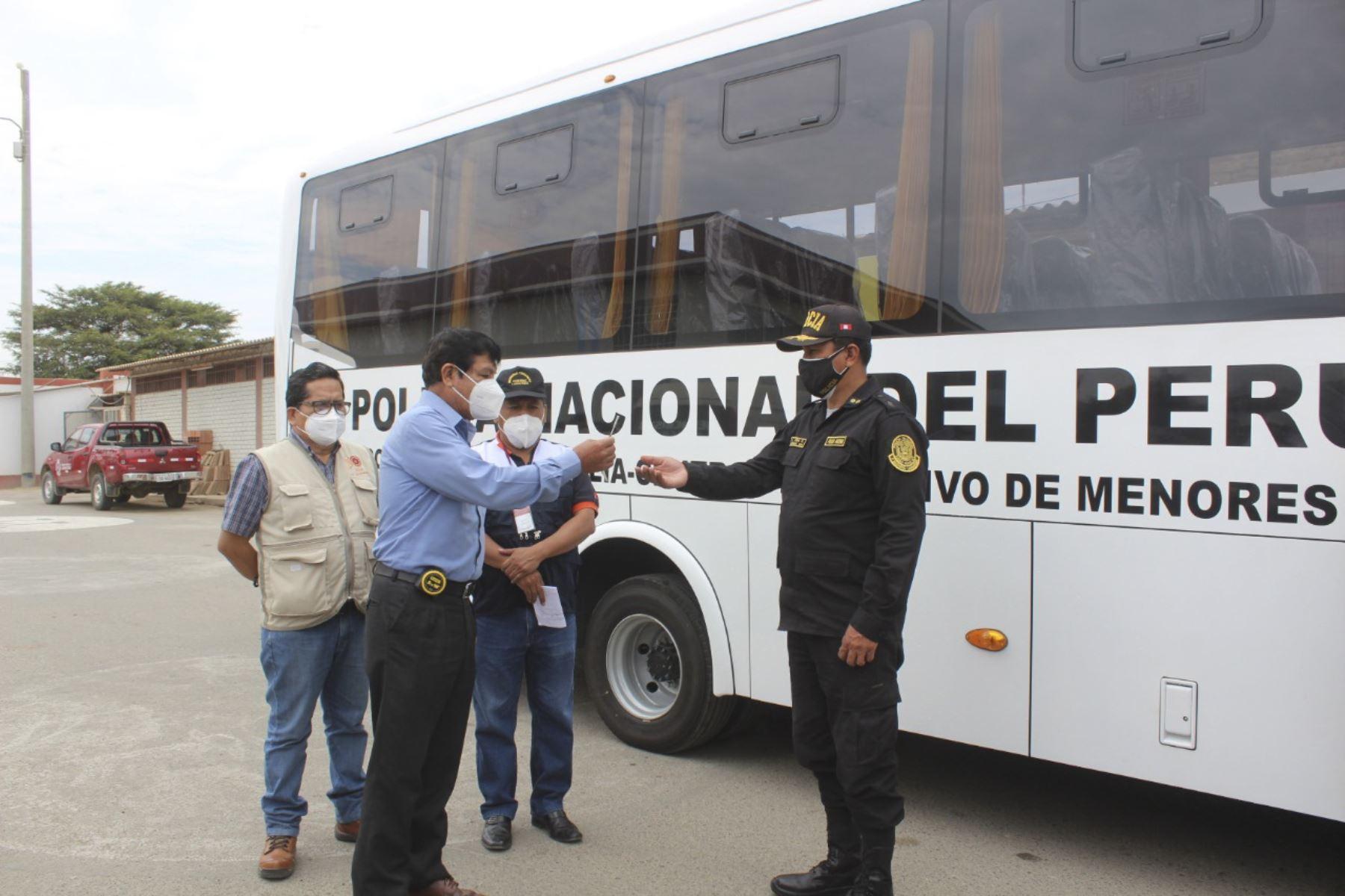 El gobierno regional de Lambayeque, a través de la Secretaria Técnica de Seguridad Ciudadana, entregó un ómnibus a la Policía Nacional. Foto: ANDINA/Difusión