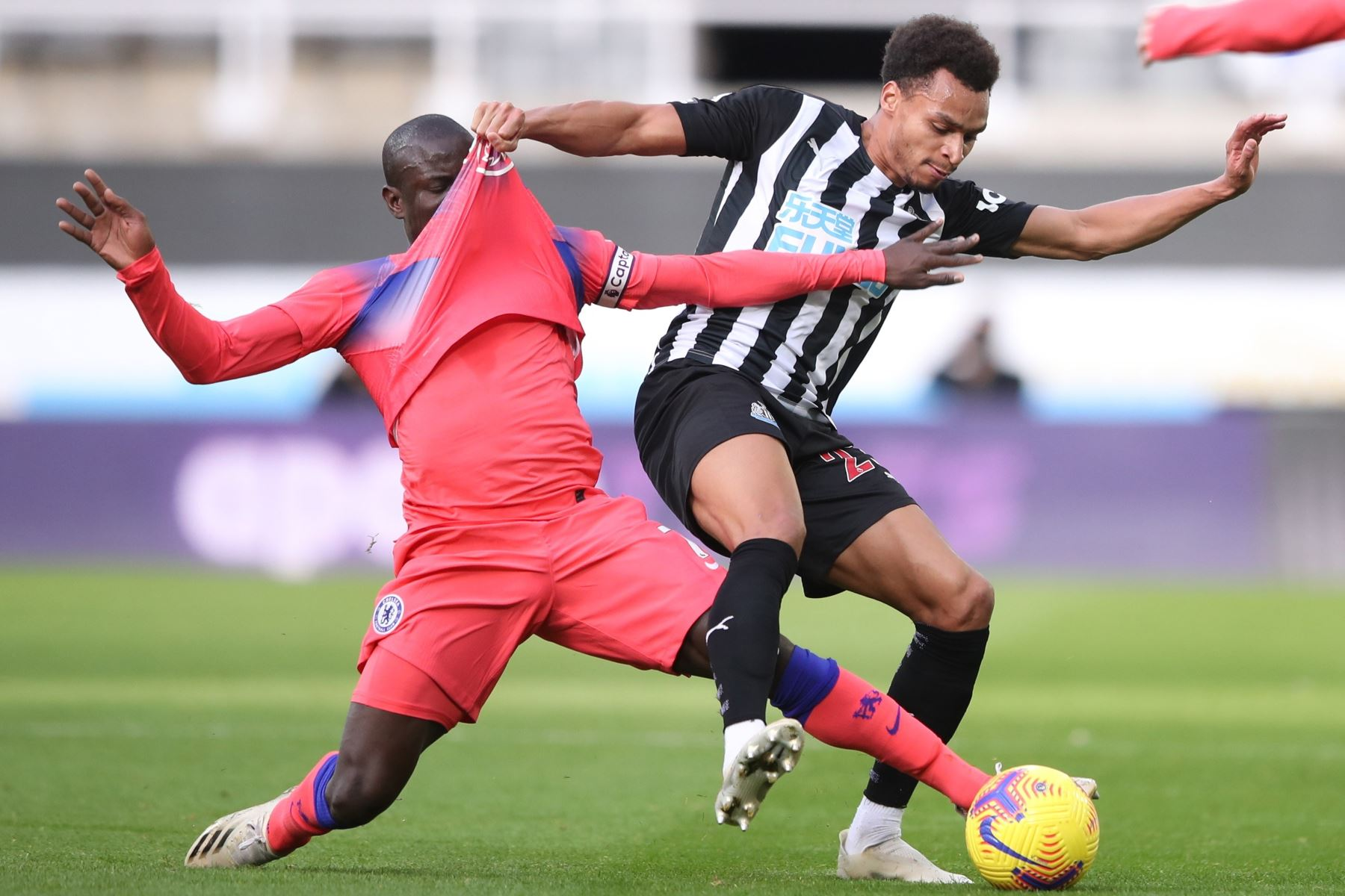 Jacob Murphy de Newcastle en acción contra N