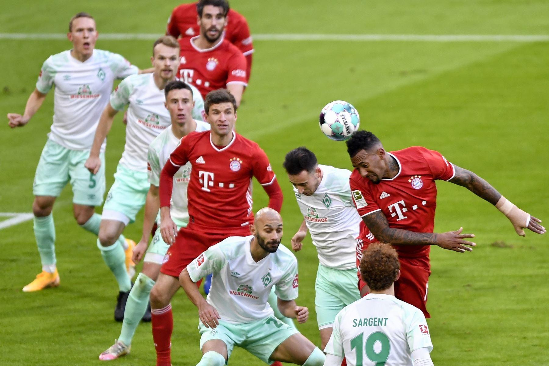 Jerome Boateng del Bayern Múnich en acción contra Kevin Moehwald del Bremen durante el partido de fútbol de la Bundesliga. Foto: EFE