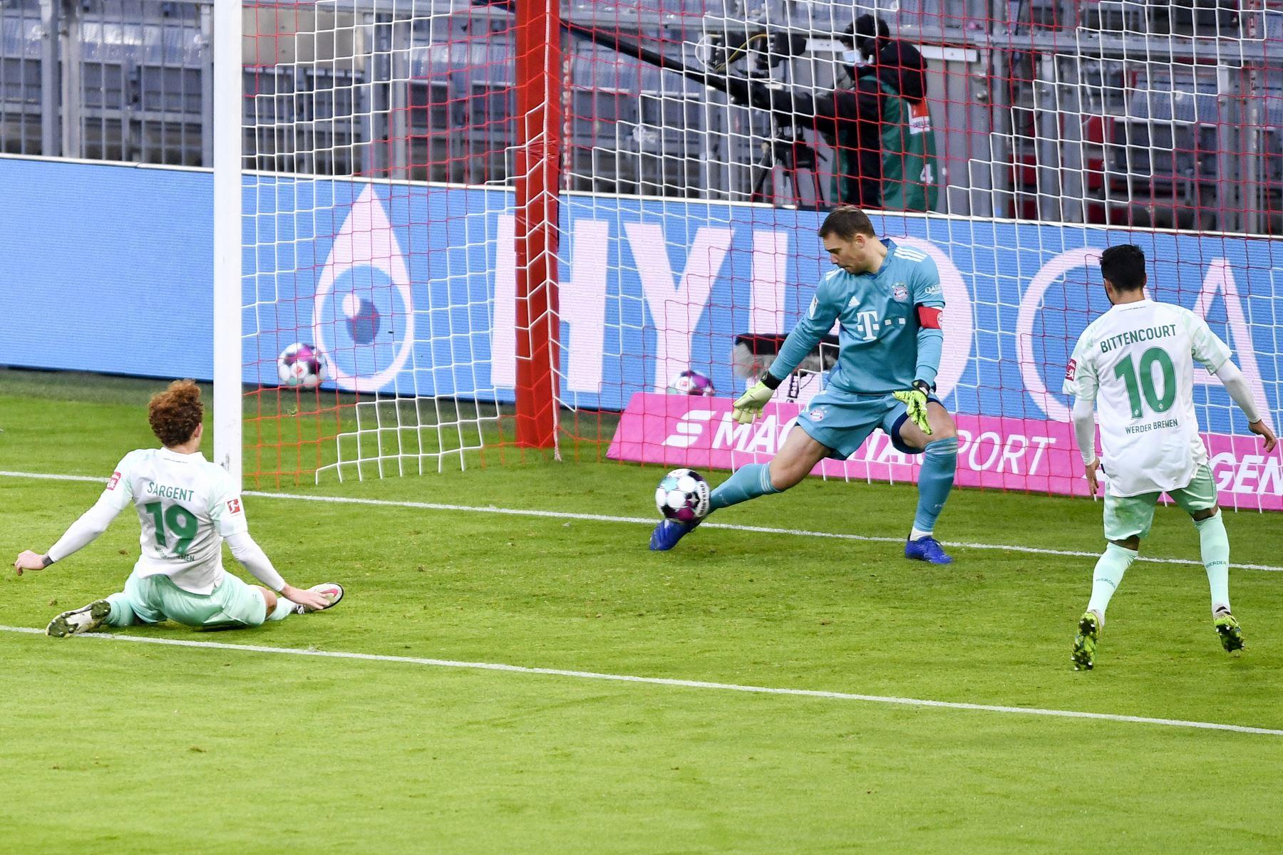 El portero alemán del Bayern Múnich Manuel Neuer defiende el gol durante el partido de fútbol de la Bundesliga. Foto: AFP