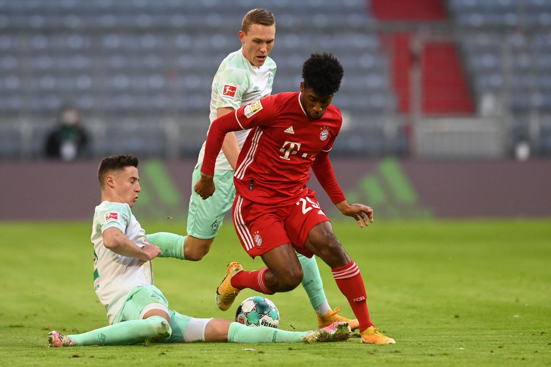 El defensor sueco de Bremen Ludwig Augustinsson, el mediocampista kosovar de Bremen Milot Rashica y el delantero francés del Bayern Munich Kingsley Coman compiten por el balón durante el partido de fútbol de la Bundesliga. Foto: AFP