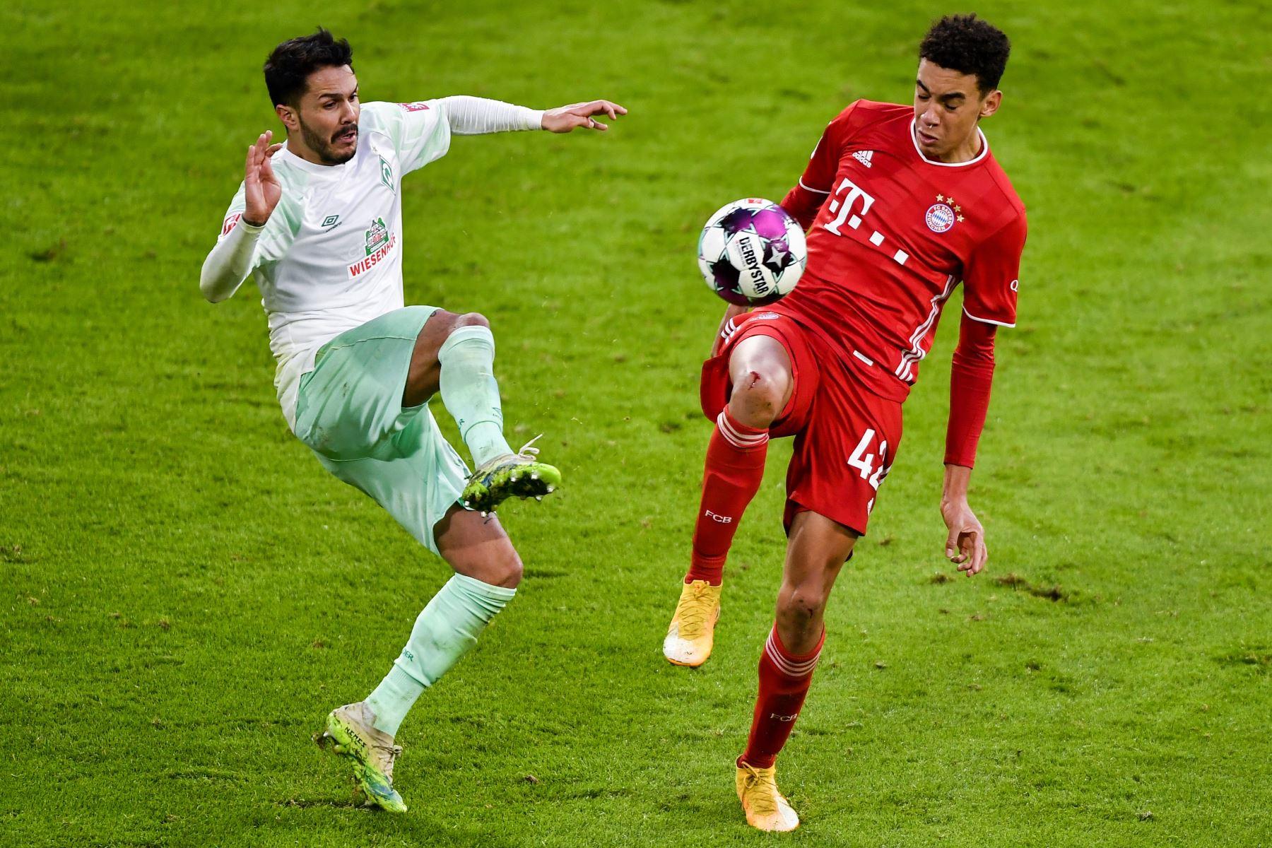 El mediocampista alemán del Bremen Leonardo Bittencourt y el mediocampista alemán del Bayern Munich Jamal Musiala compiten por el balón durante el partido de fútbol de la Bundesliga. Foto: AFP