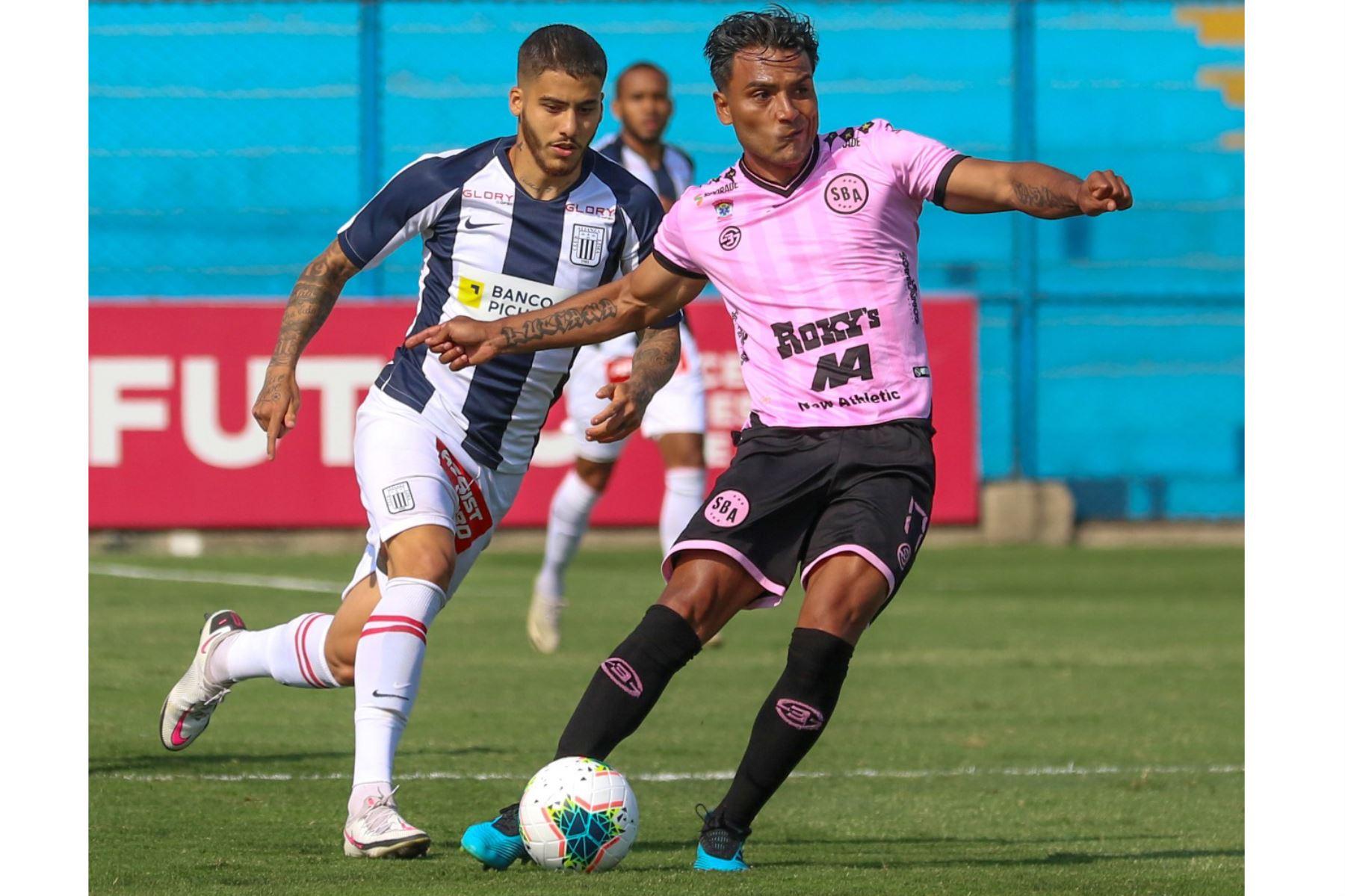 El futbolista J. Tragadora del Sport Boys disputa la pelota con el futbolista de  Alianza Lima , durante el partido por la Fase 2 de la fecha 7 de la Liga 1 en el estadio Alberto Gallardo. Foto: @LigaFutProfdel