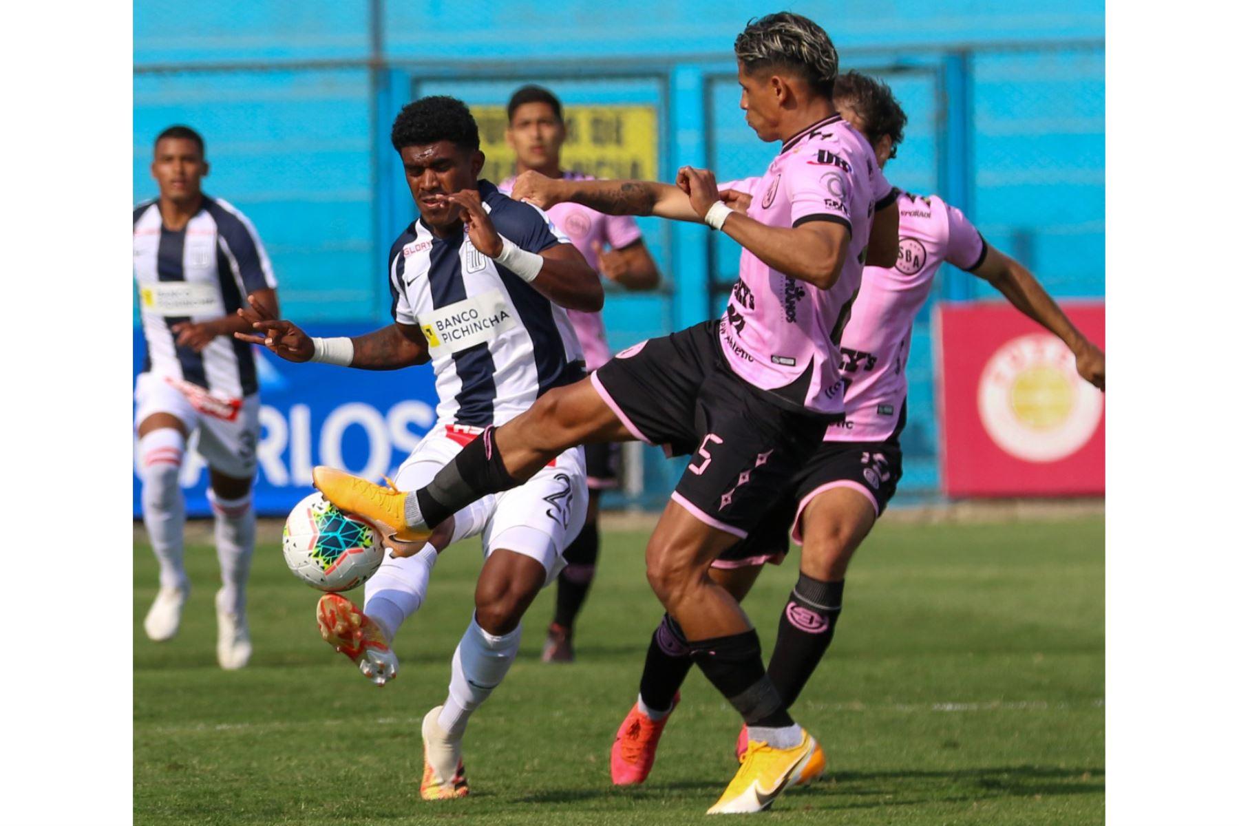 El futbolista O. Mora  de  Alianza Lima, disputa la pelota el jugador del  Sport Boys, durante el partido por la Fase 2 de la fecha 7 de la Liga 1  en el estadio Alberto Gallardo. Foto: @LigaFutProfdel