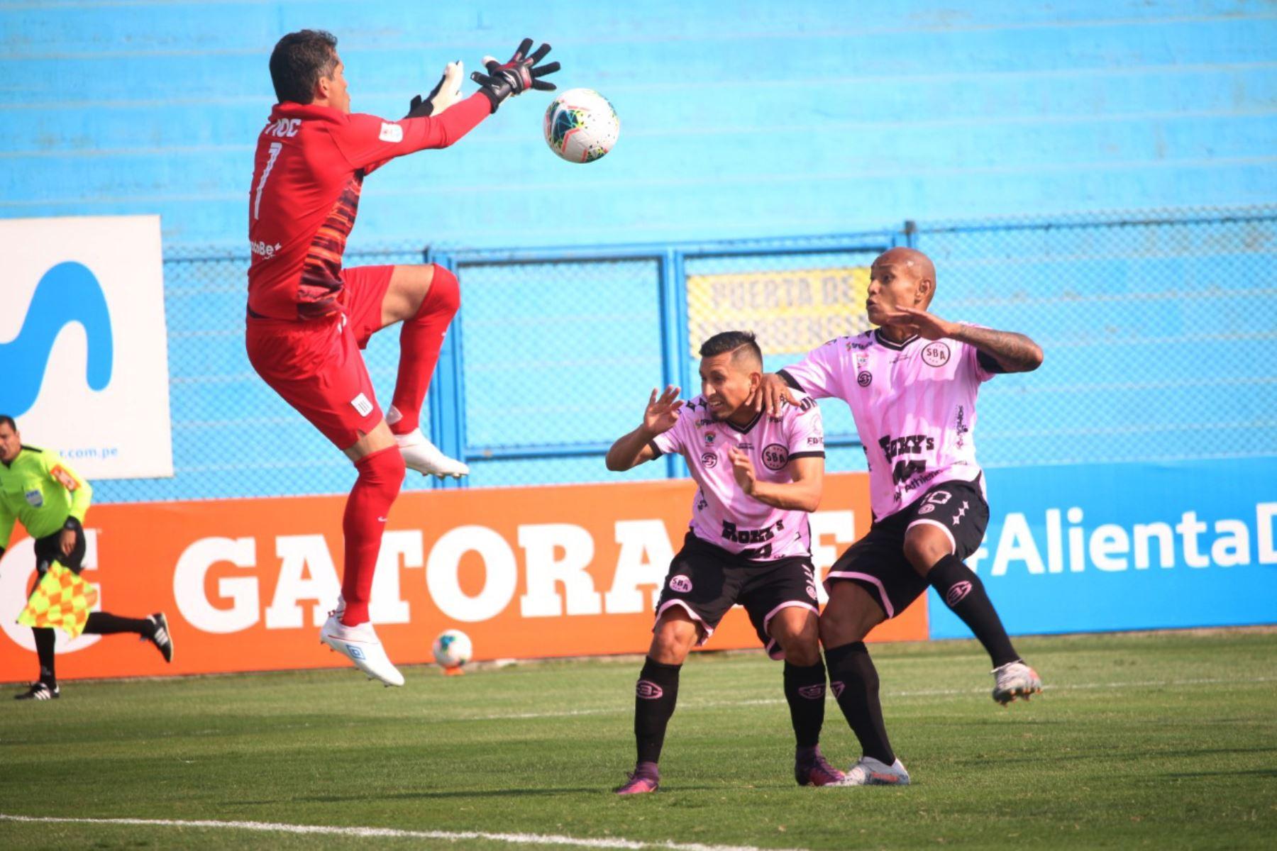 El futbolista Leao Butrón  de  Alianza Lima, disputa la pelota ante jugadores del  Sport Boys, durante el partido por la Fase 2 de la fecha 7 de la Liga 1 en el estadio Alberto Gallardo. Foto: @LigaFutProfdel