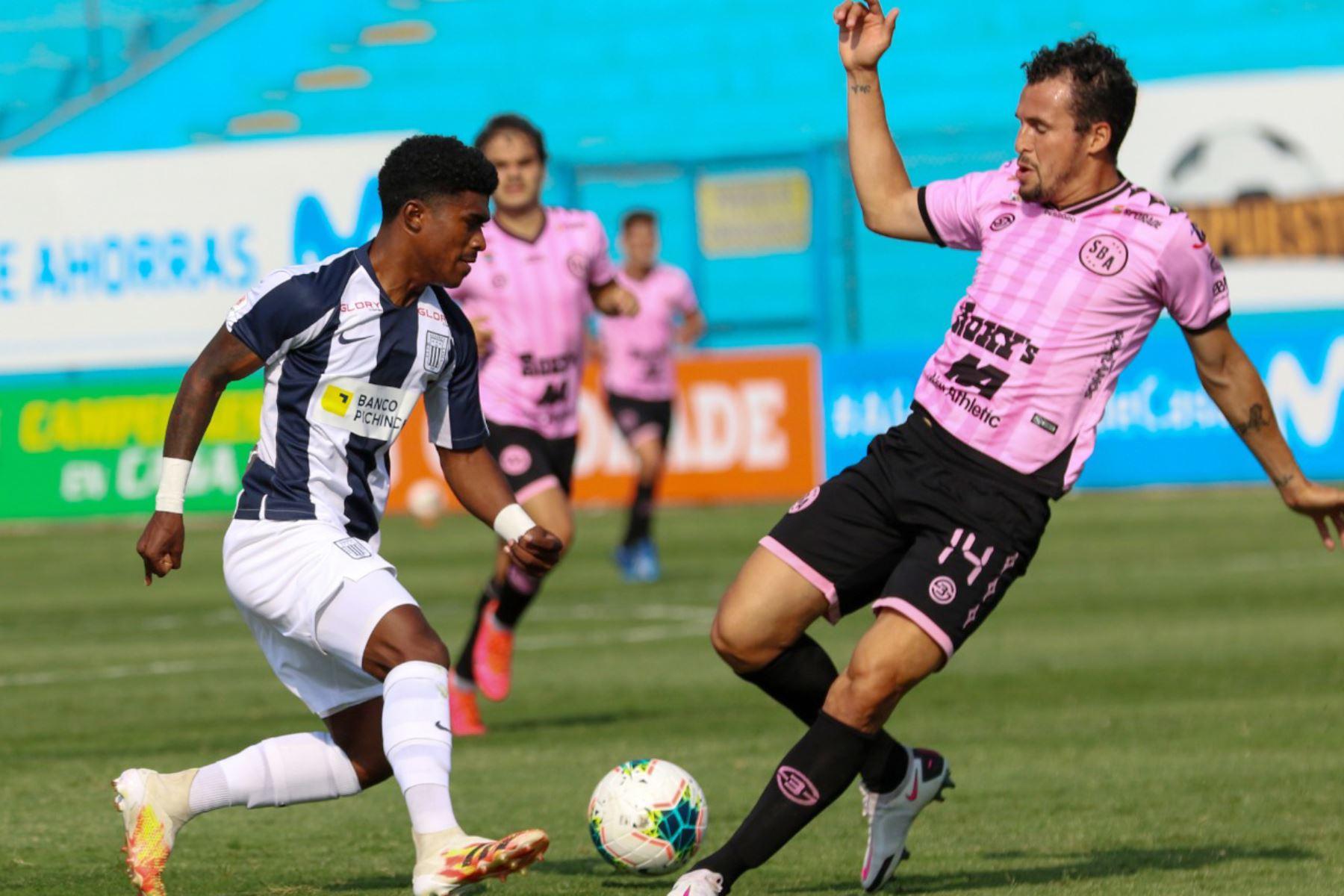 El futbolista C. Torrejón del  Sport Boys   disputa la pelota con el futbolista de  Alianza Lima , durante el partido por la Fase 2 de la fecha 7 de la Liga 1 en el estadio Alberto Gallardo. Foto: @LigaFutProfdel