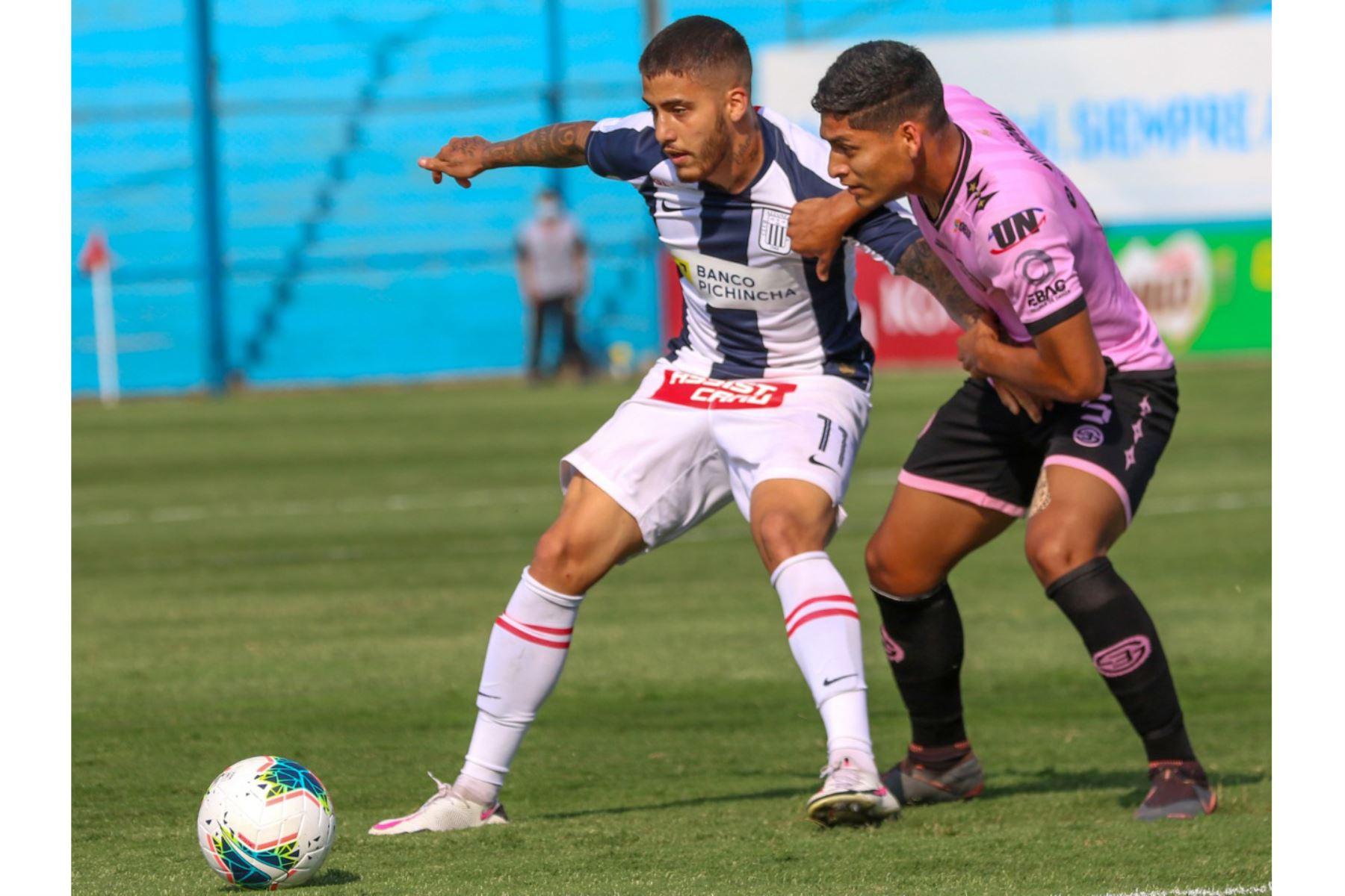 El futbolista L. Da Silva de  Alianza Lima, disputa la pelota con el jugador del Sport Boys, durante el partido por la Fase 2 de la fecha 7 de la Liga 1  en el estadio Alberto Gallardo. Foto: @LigaFutProfdel