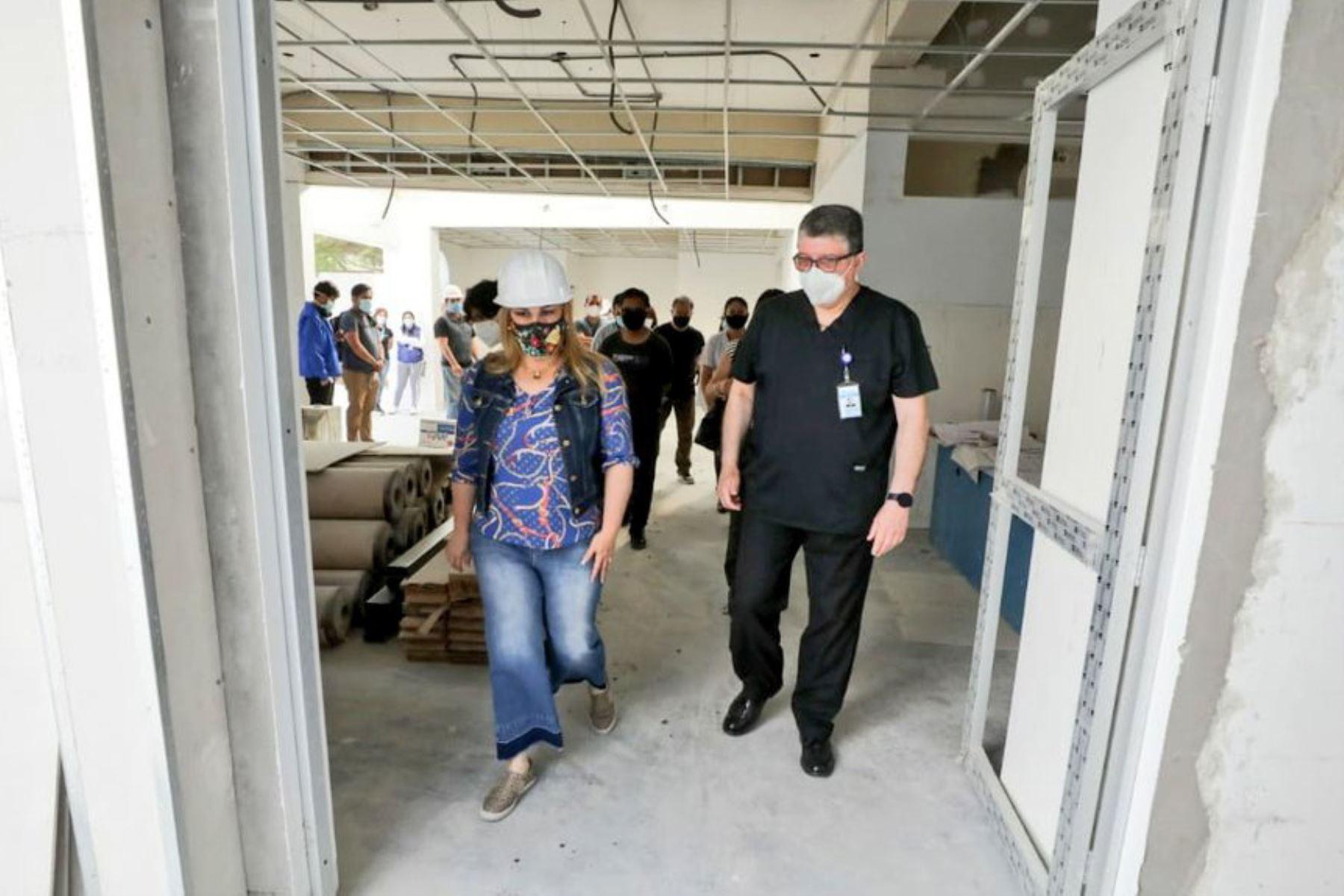 La presidenta ejecutiva de EsSalud, Fiorella Molinelli visita la antigua emergencia del hospital Alcántara para supervisar los trabajos de mejora que se vienen realizando en sus instalaciones, en beneficio de más de 276 mil asegurados. Foto: EsSalud
