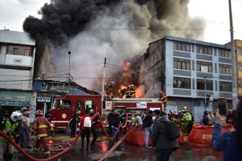 Incendio de grandes proporciones, destruye al menos cuatro viviendas en la  ciudad de Cusco