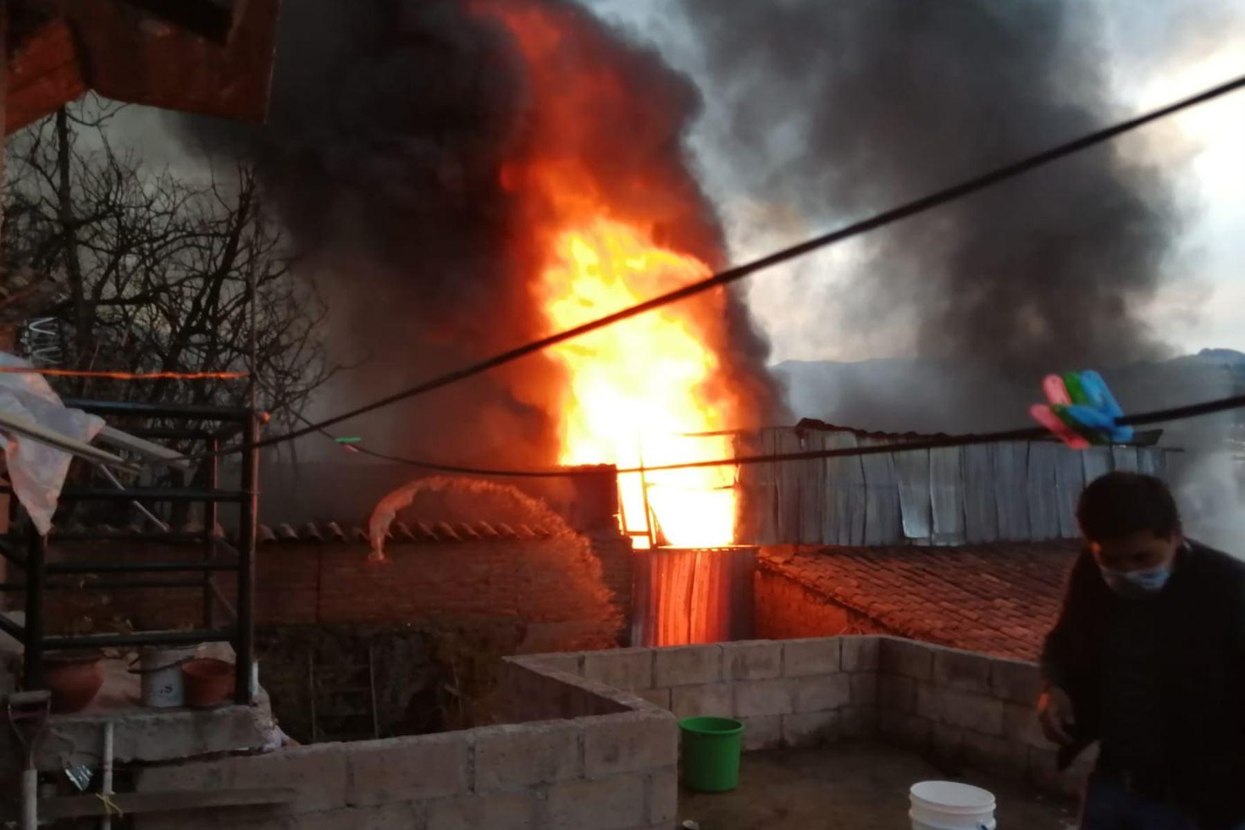 Un incendio de grandes proporciones, destruye , al menos cuatro viviendas en la prolongación de la Av. Del Ejército de la ciudad del Cusco. Los bomberos, policías y voluntarios intentan controlar el incendio. Foto: Andina/ Percy Hurtado