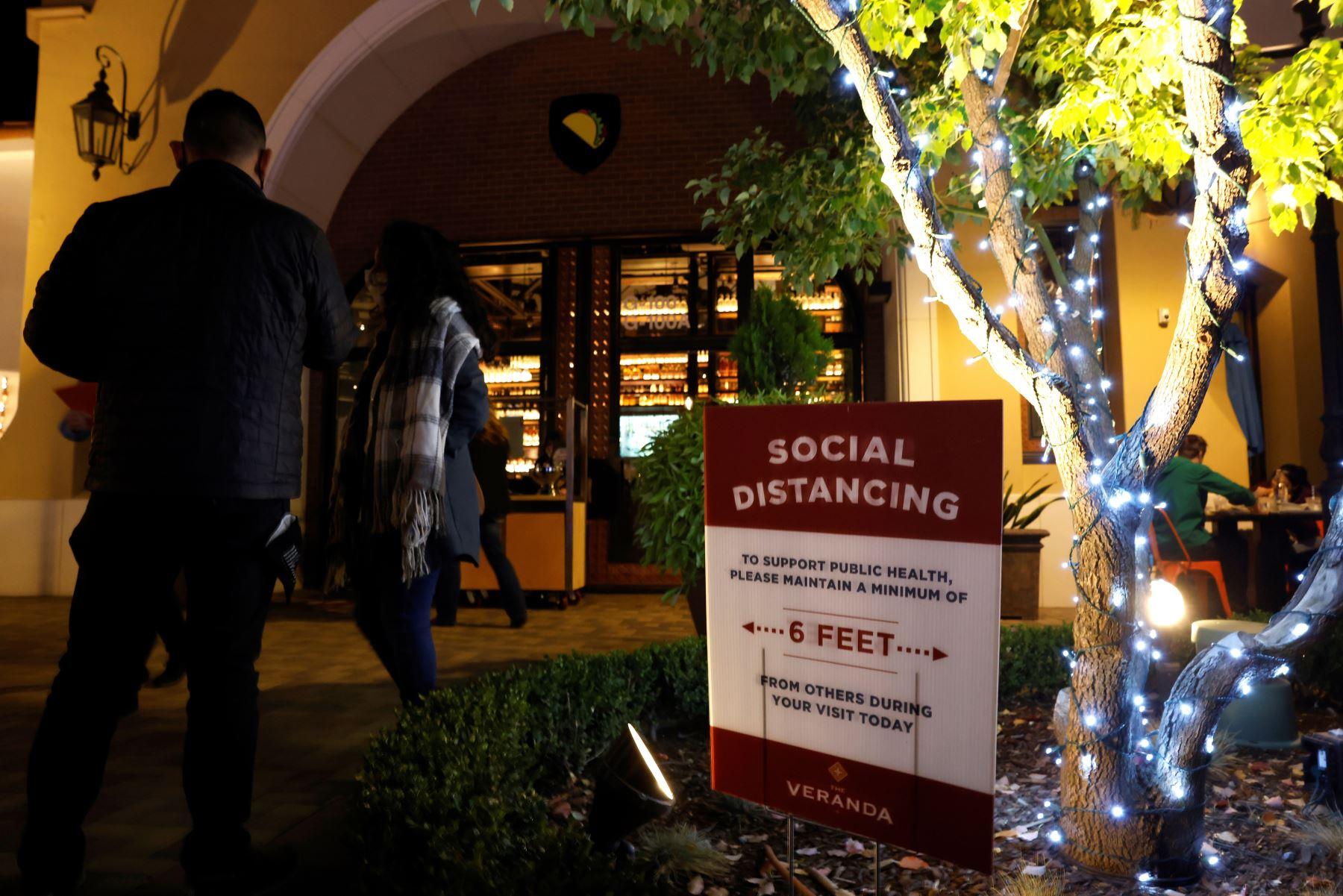 La gente cena al aire libre en Walnut Creek, condado de Contra Costa, California. El gobernador de California, Gavin Newsom, anunció un toque de queda selectivo diseñado para frenar el rápido aumento de Covid-19 casos pidiendo a los restaurantes que cierren antes de las 10 pm a 5am. Foto: EFE