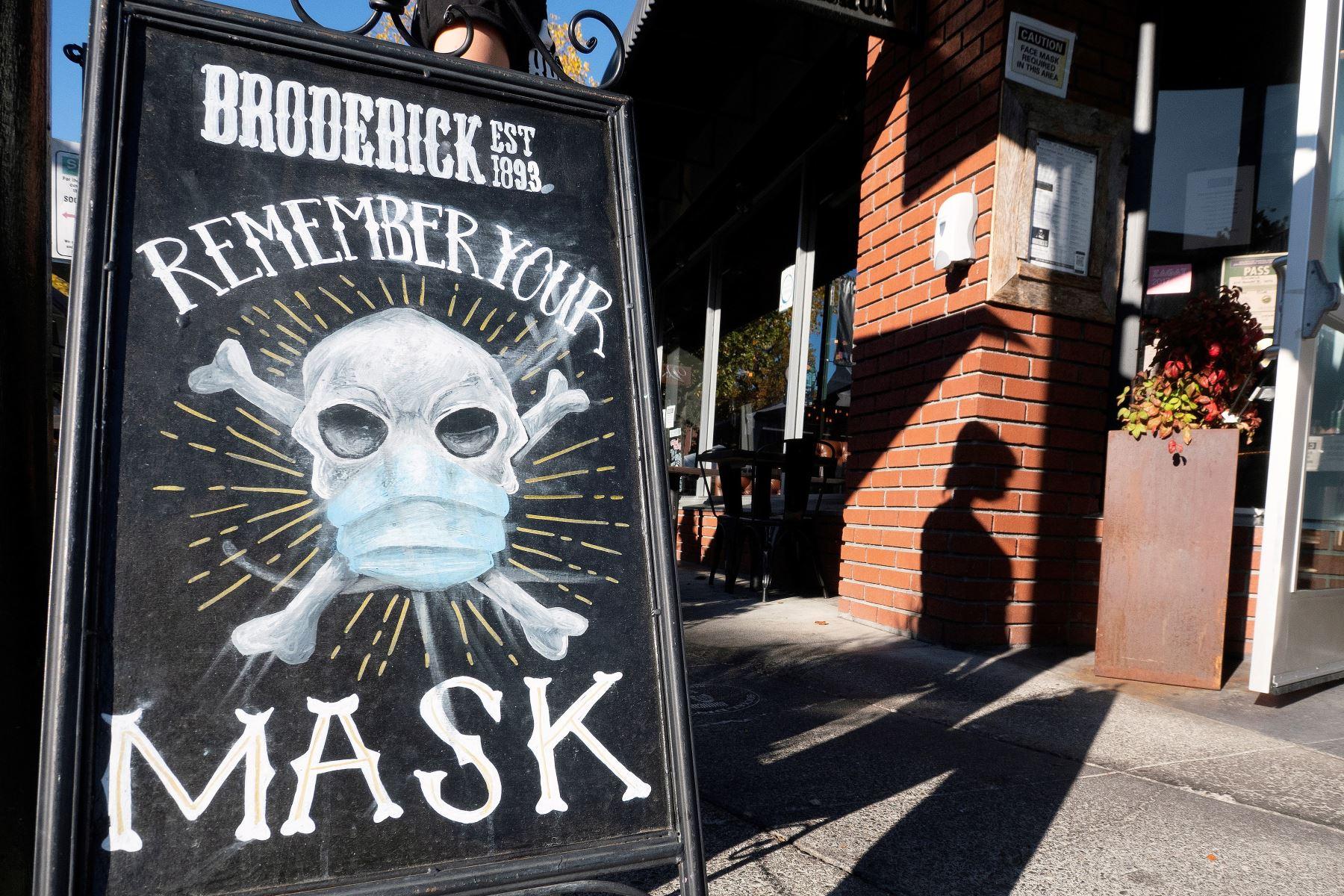 Un cartel recuerda a los transeúntes que deben usar la mascarilla para evitar la propagación del coronavirus en Walnut Creek, California. Foto: EFE