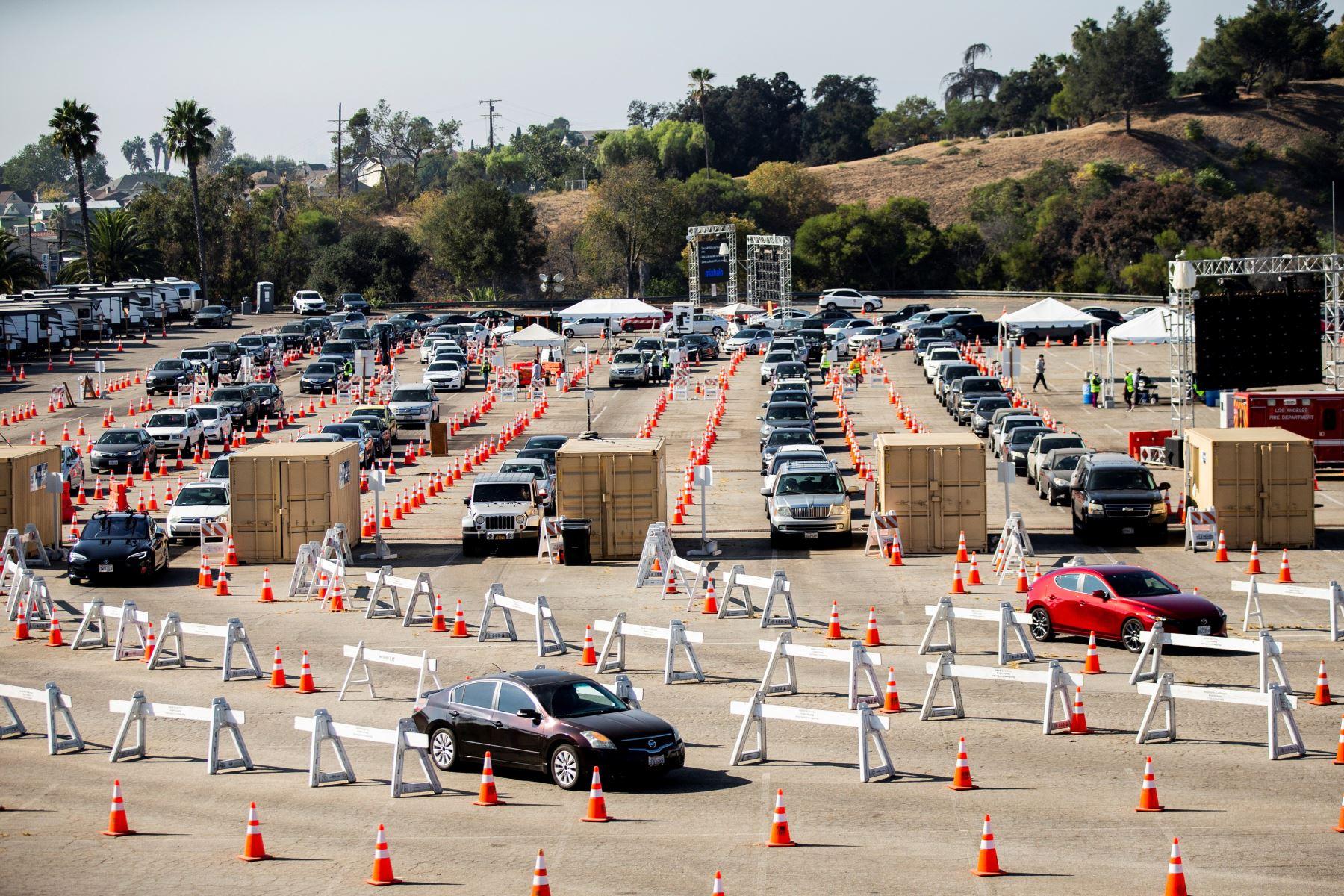 Cientos de autos esperando en fila para acceder al sitio de prueba COVID-19 en el Dodger Stadium en medio de la pandemia de coronavirus en Los Ángeles, California. Foto: AFP