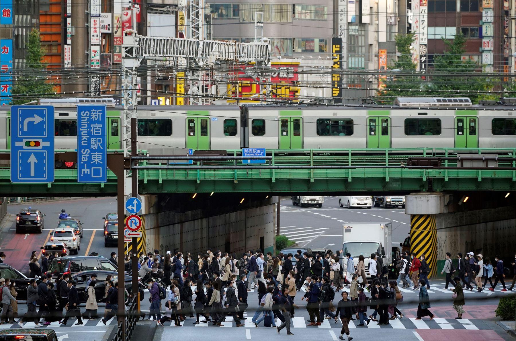 Los peatones cruzan una calle en el centro comercial, empresarial y administrativo de Shinjuku en Tokio, Japón. Foto: EFE
