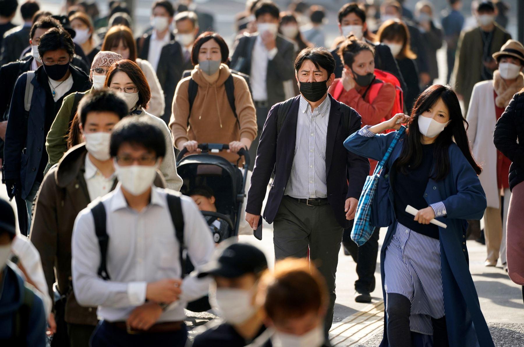 Los peatones caminan por el centro comercial, empresarial y administrativo de Shinjuku en Tokio, Japón. Foto: EFE