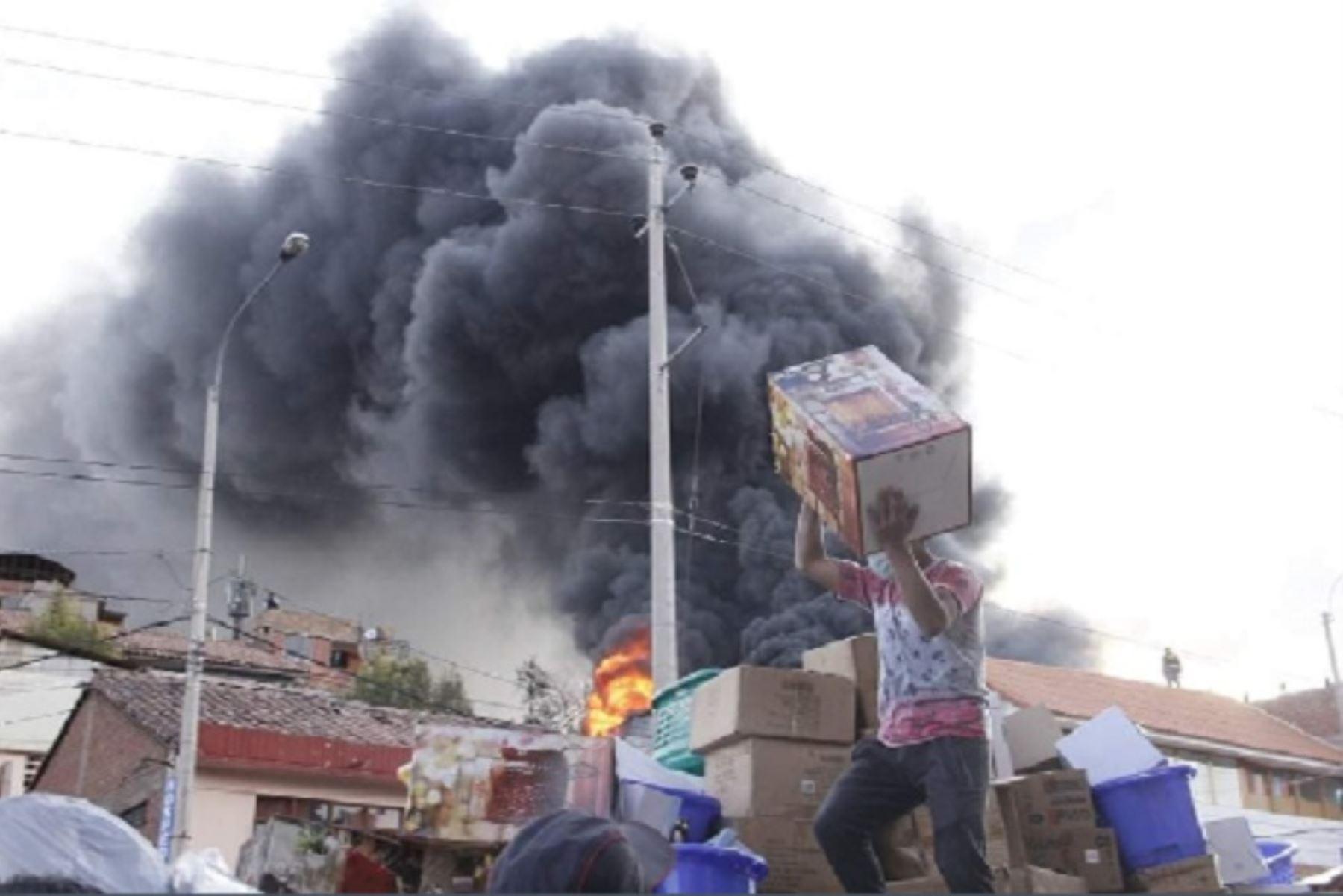 cusco-bomberos-realizan-remocion-de-escombros-tras-dantesco-incendio