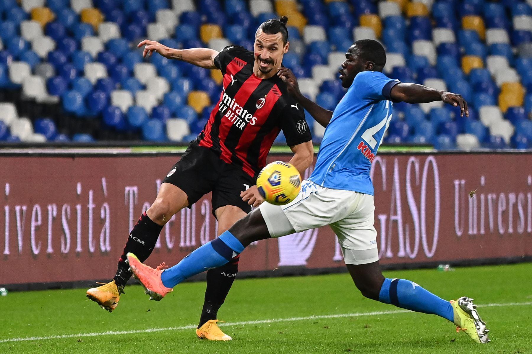El defensor senegalés del Napoli Kalidou Koulibaly aborda al delantero sueco del AC Milán Zlatan Ibrahimovic durante el partido de fútbol de la Serie A italiana Napoli vs AC Milán en el estadio San Paolo en Nápoles. Foto: AFP