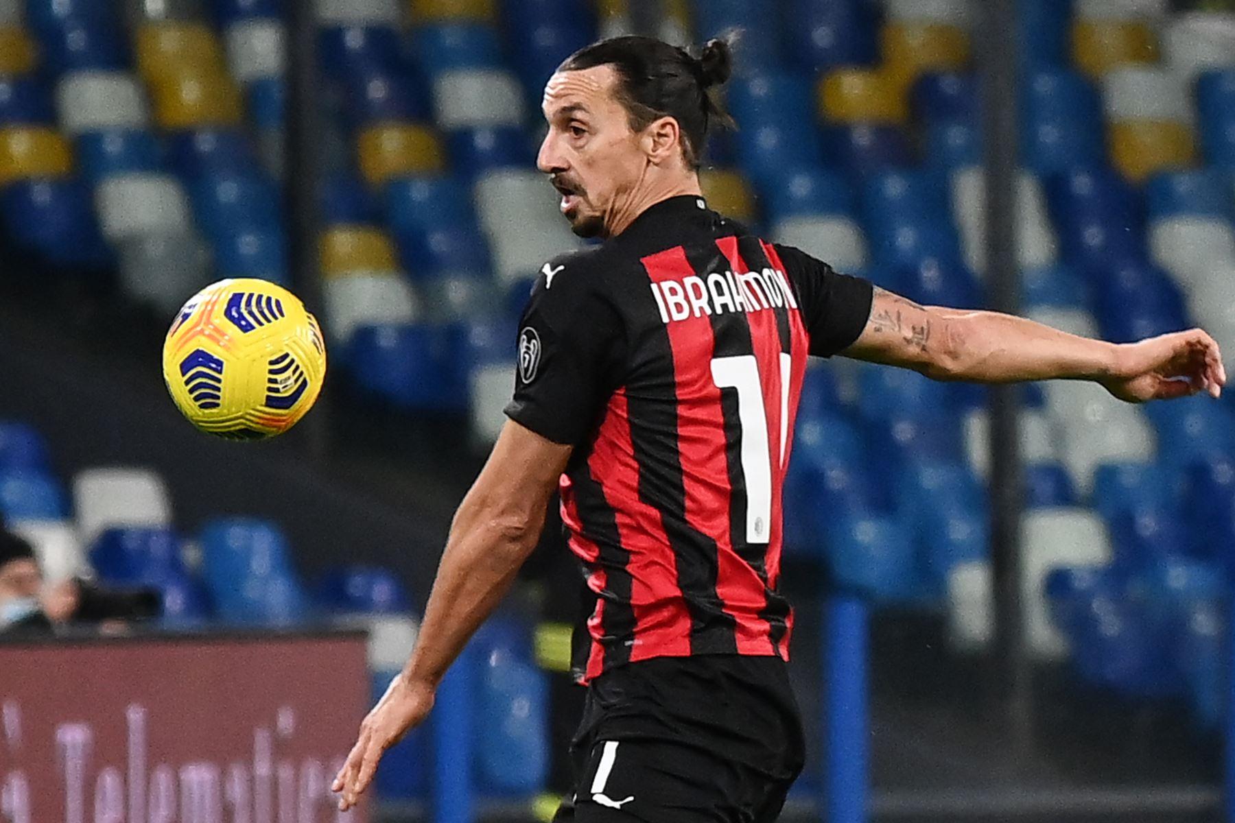 El delantero sueco del AC Milán, Zlatan Ibrahimovic, controla el balón durante el partido de fútbol de la serie A italiana Napoli vs AC Milán  en el estadio San Paolo de Nápoles. Foto:  AFP