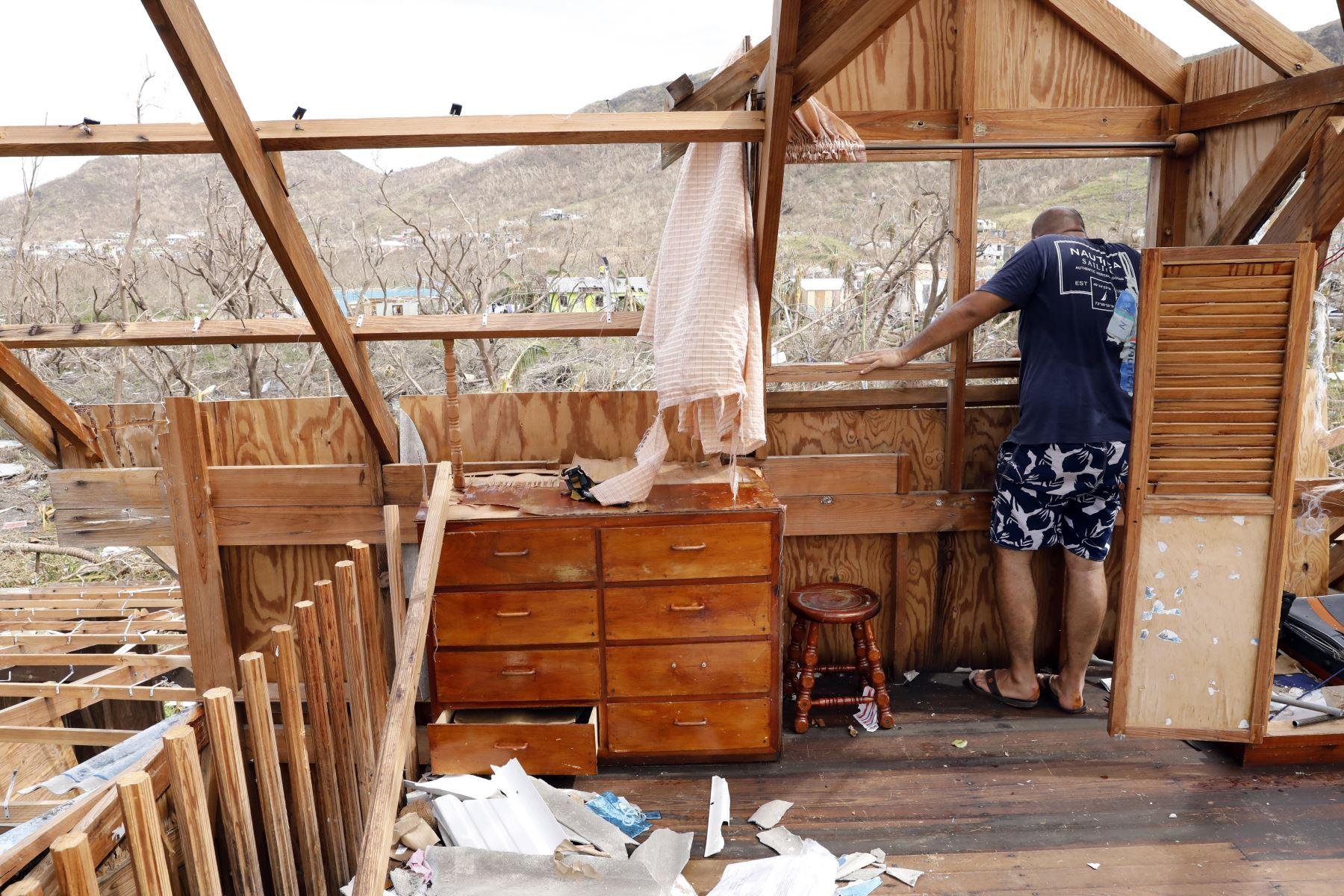Jeanguillaume Misas se asoma a la ventana de su casa, destruida por el paso del huracán Iota en Providencia, Colombia.  Foto: ANDINA/Difusión
