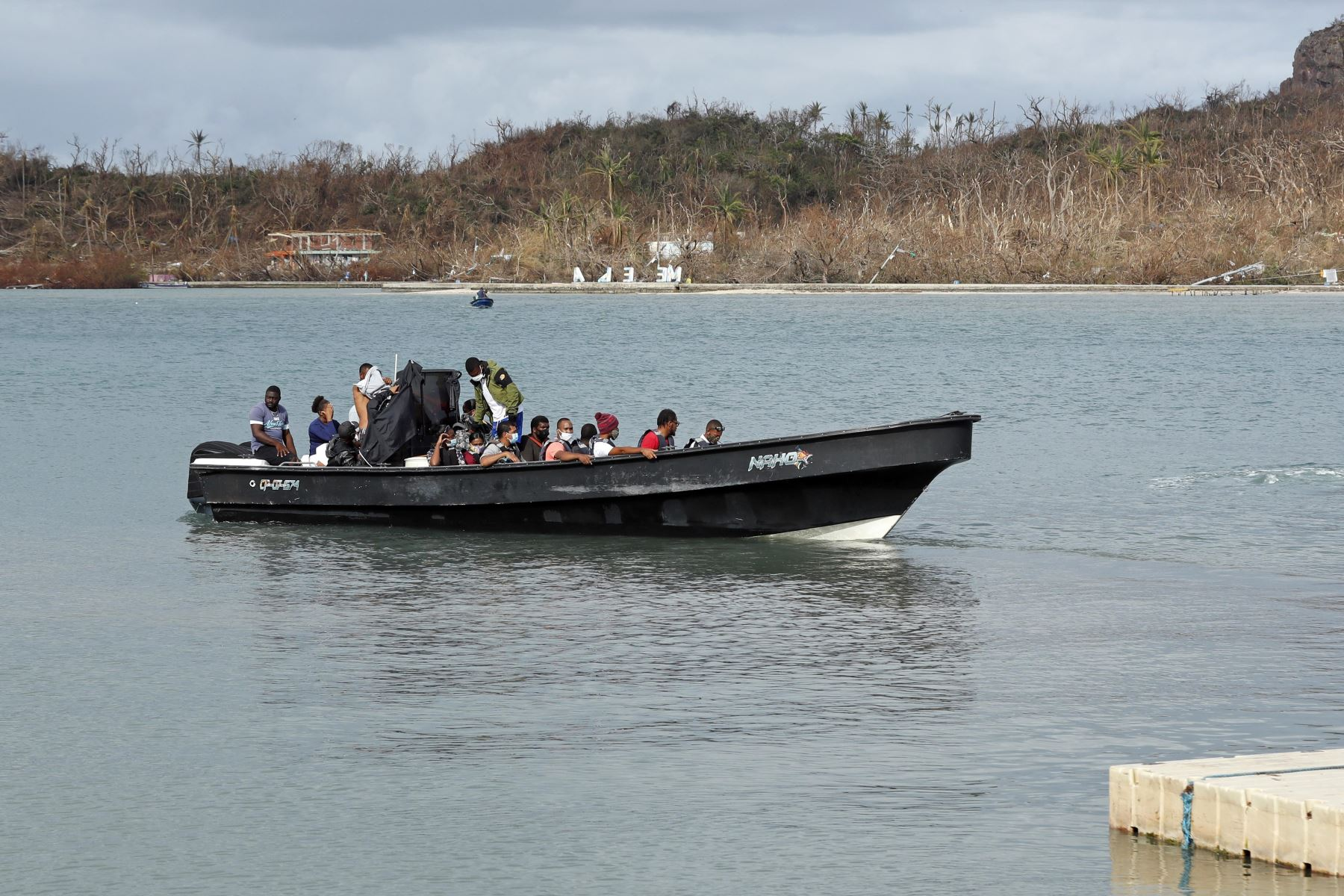 Isleños a bordo de una lancha parten hacía la isla de San Andrés, desde Providencia, Colombia. Centenares de habitantes de la isla colombiana de Providencia que perdieron todo por el paso del huracán Iota emigran a diario a la de San Andrés. Foto: AFP