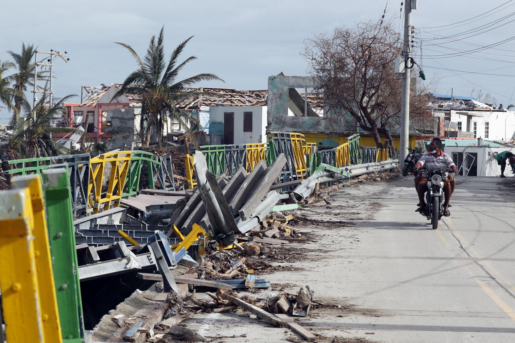 Vista hoy de la destrucción causada por el paso del huracán Iota, en la isla de Providencia, Archipiélago de San Andrés (Colombia). Foto: AFP