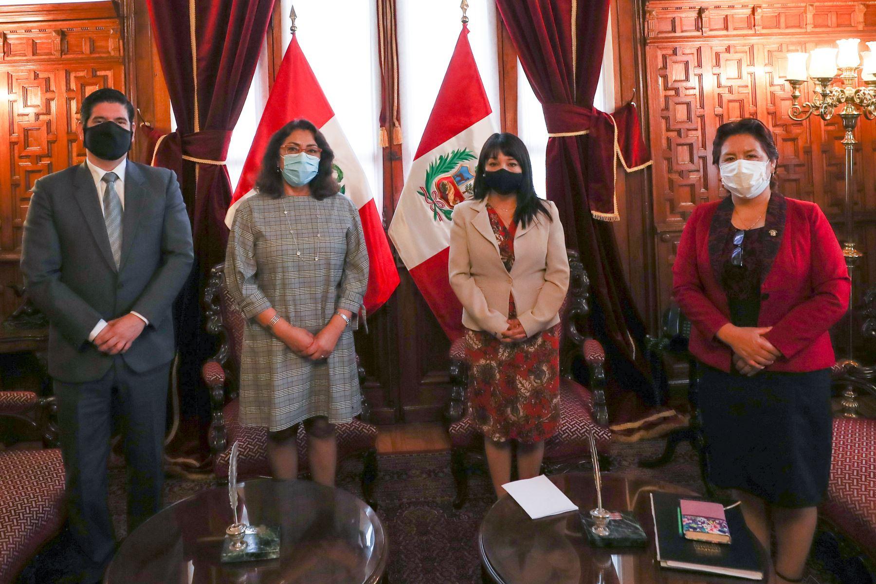 La presidenta del Consejo de Ministros, Violeta Bermúdez, se reúne con los miembros de la Mesa Directiva del Congreso para coordinar la fecha en que se presentará el Gabinete Ministerial. Foto: PCM