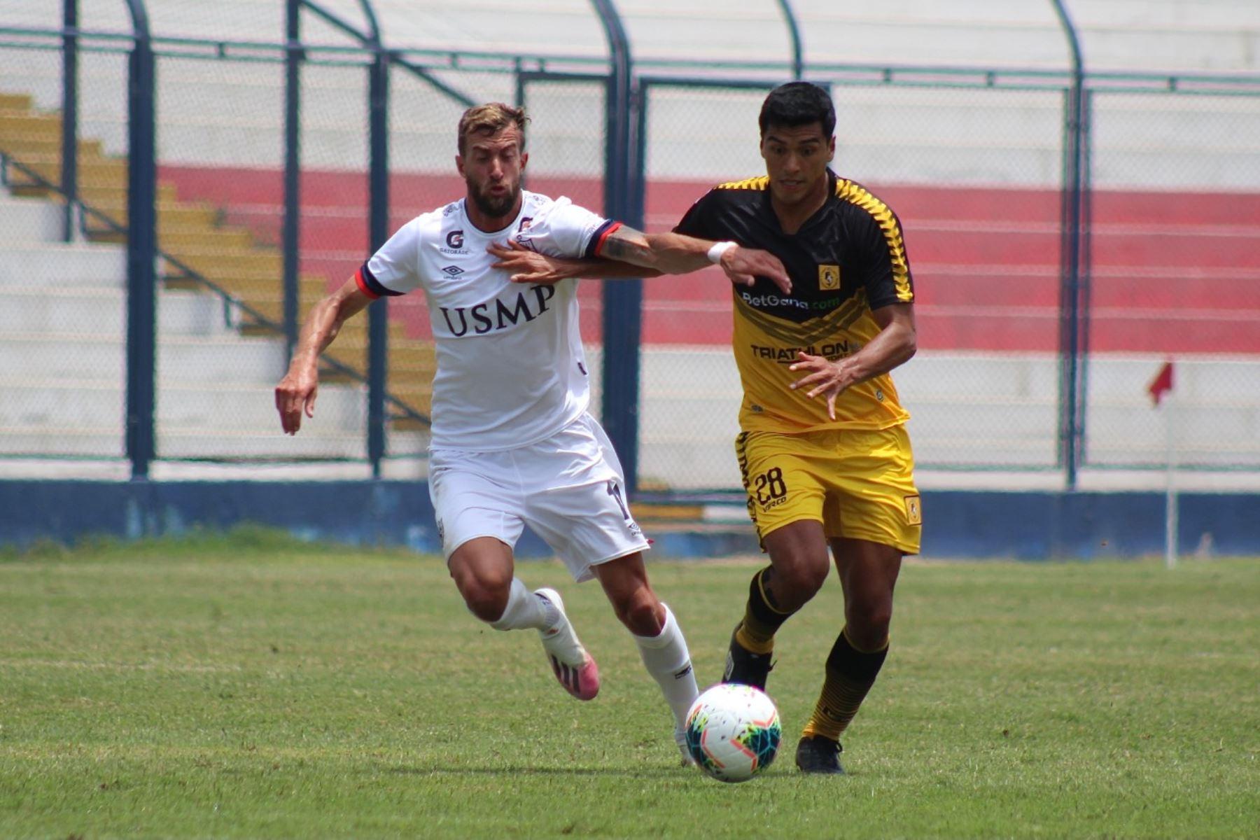 A. Solis del Cantolao se enfrenta por el balón ante su rival de San Martín por la octava jornada de la fase 2 de la Liga 1, en el estadio Iván Elías Moreno. Foto: Liga 1