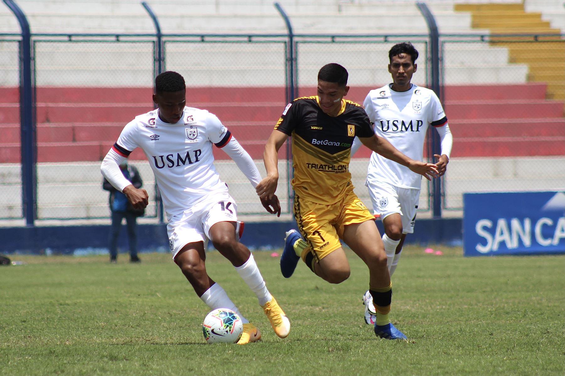 J. Bolivar de San Martín se enfrenta por el balón ante Y. Celi de Cantolao por la octava jornada de la fase 2 de la Liga 1, en el estadio Iván Elías Moreno. Foto: Liga 1