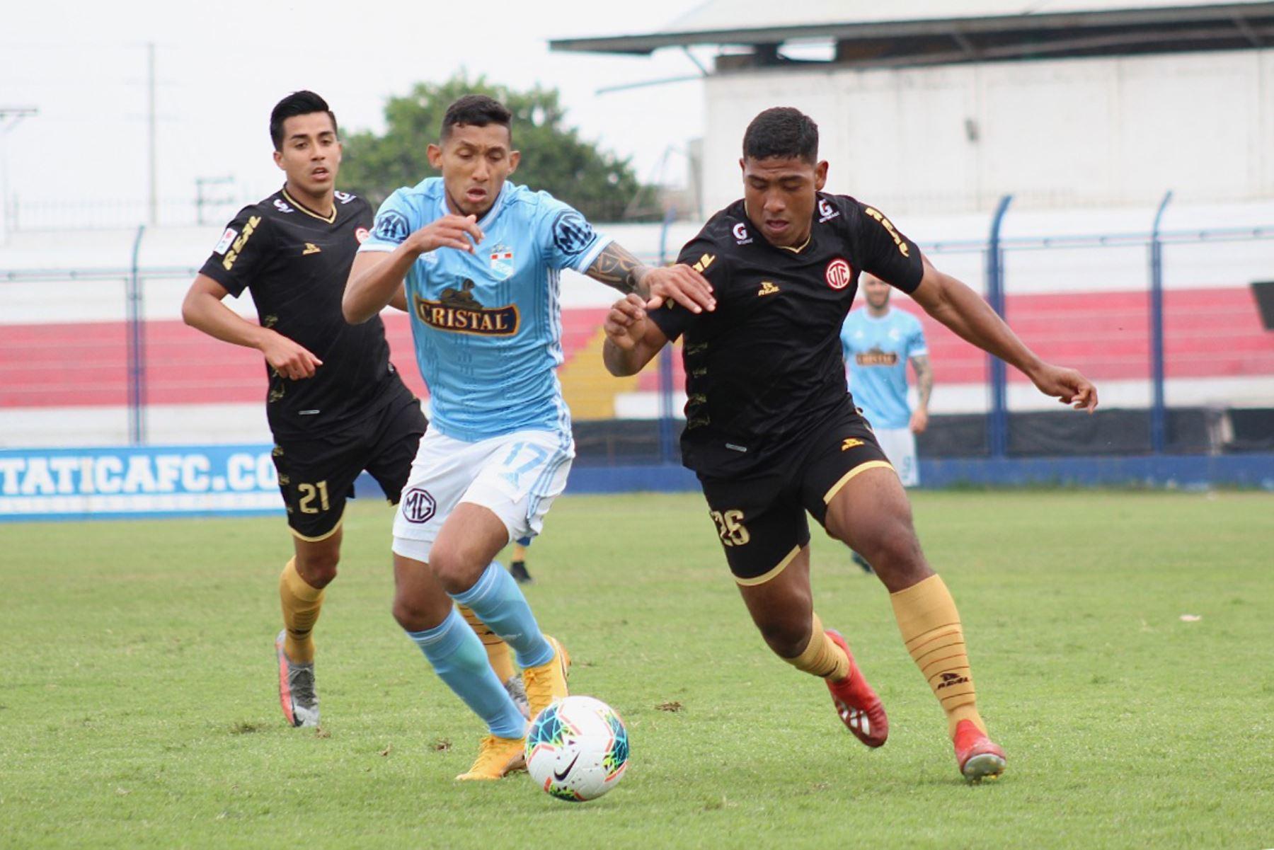 Christofer Gonzáles de Sporting Cristal lucha por el balón ante A. Gutierrez de UTC por la octava fecha de la fase 2, en el estadio Iván Elías Moreno. Foto: Liga 1