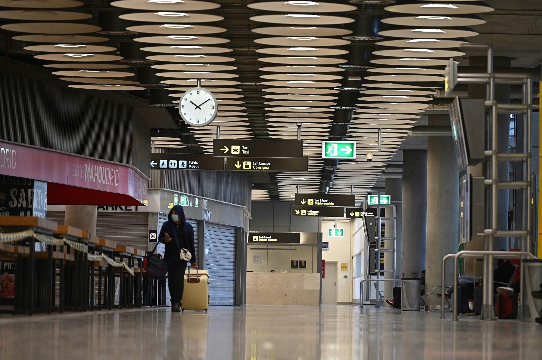 Un ciudadano camina por el aeropuerto Adolfo Suárez-Barajas en Madrid, donde comienza la exigencia de pruebas PCR para pasajeros de vuelos de fuera de España. Foto: EFE