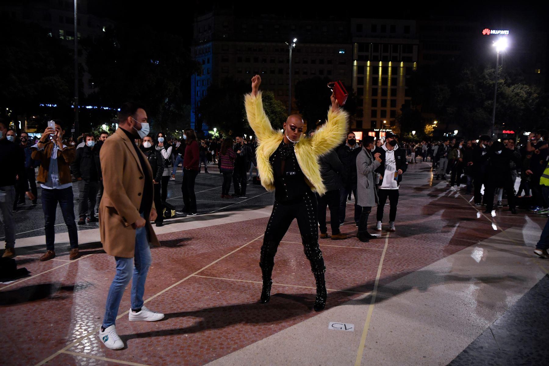 Personas con máscaras bailan durante una protesta convocada por los gremios de discotecas en apoyo a la reapertura de locales nocturnos en Barcelona. Foto: AFP
