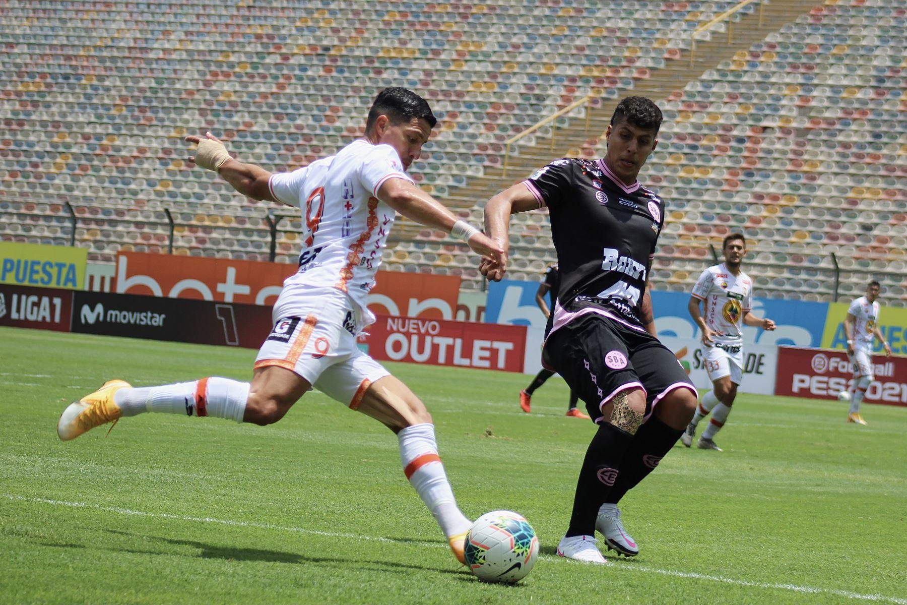C. Olascuagua de Ayacucho FC intenta despejar el balón ante marca de su rival de lSport Boys por la octava jornada de la fase 2, en el Estadio Monumental. Foto: Liga 1