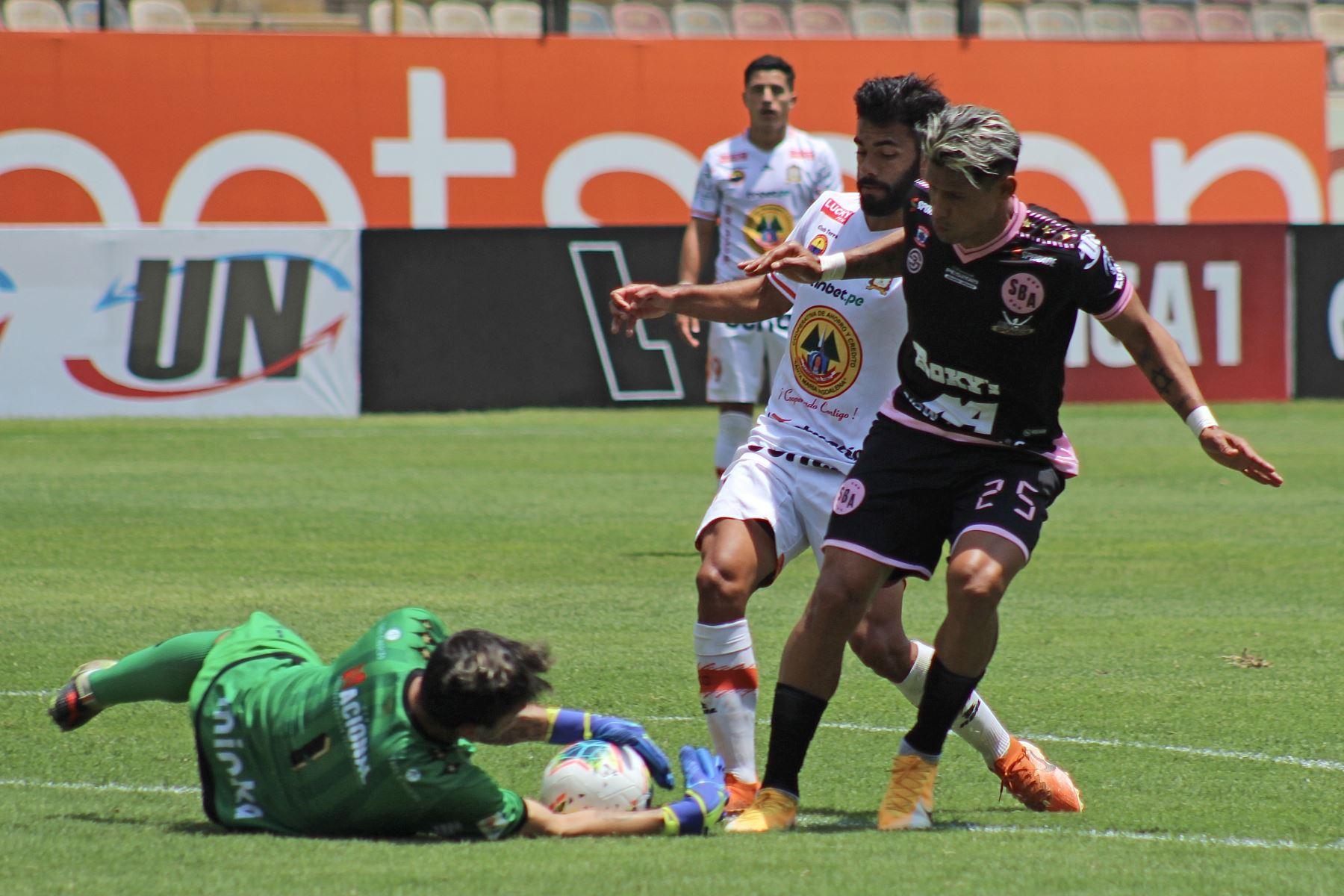 El portero J. Medina del Sport Boys detiene el balón ante ataque de Ayacucho FC por la octava jornada de la fase 2, en el Estadio Monumental. Foto: Liga 1
