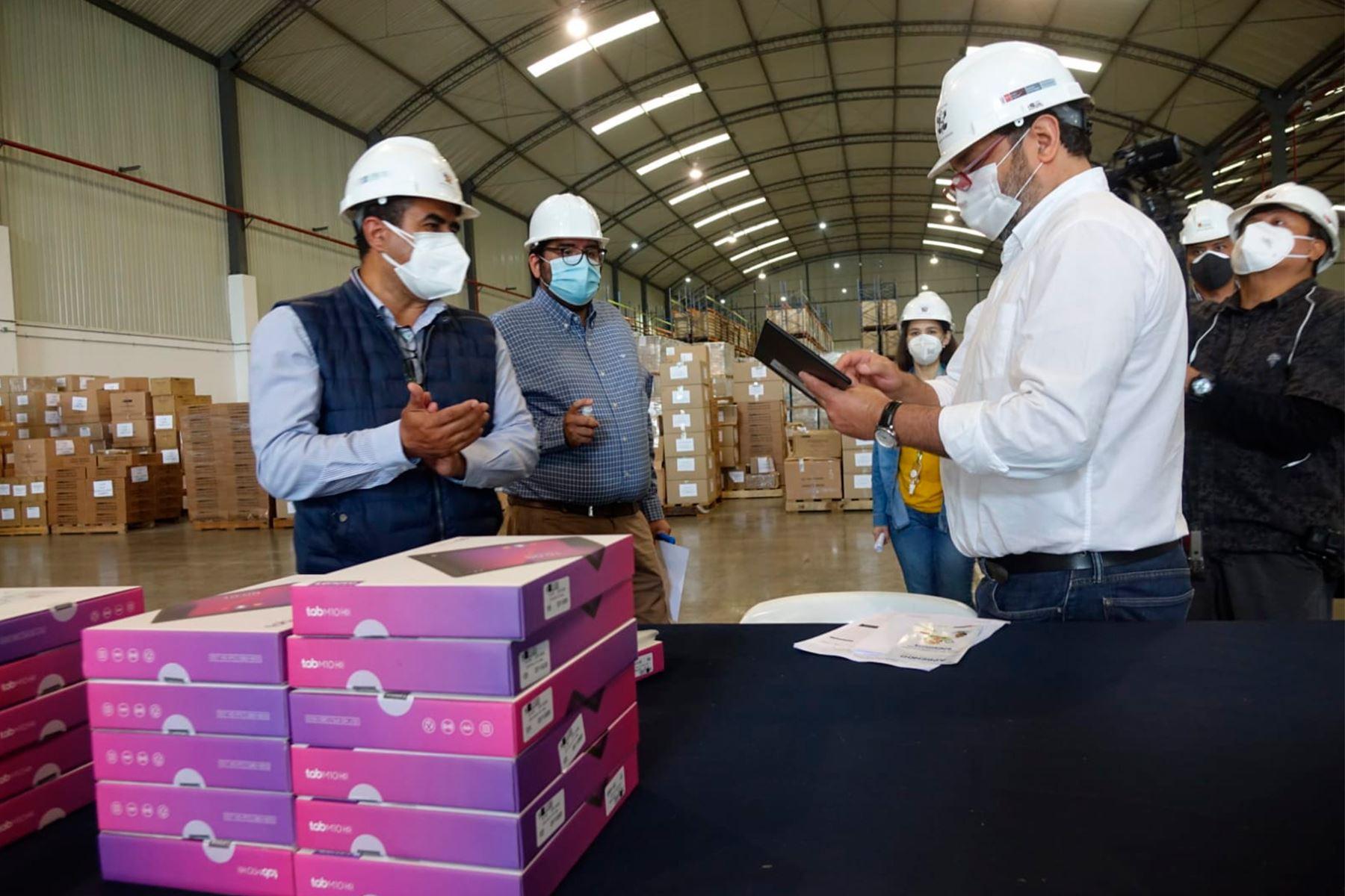 Ministro de Educación supervisó proceso de recepción y revisión de las tablets en almacenes de Lurín. Foto: ANDINA/Minedu