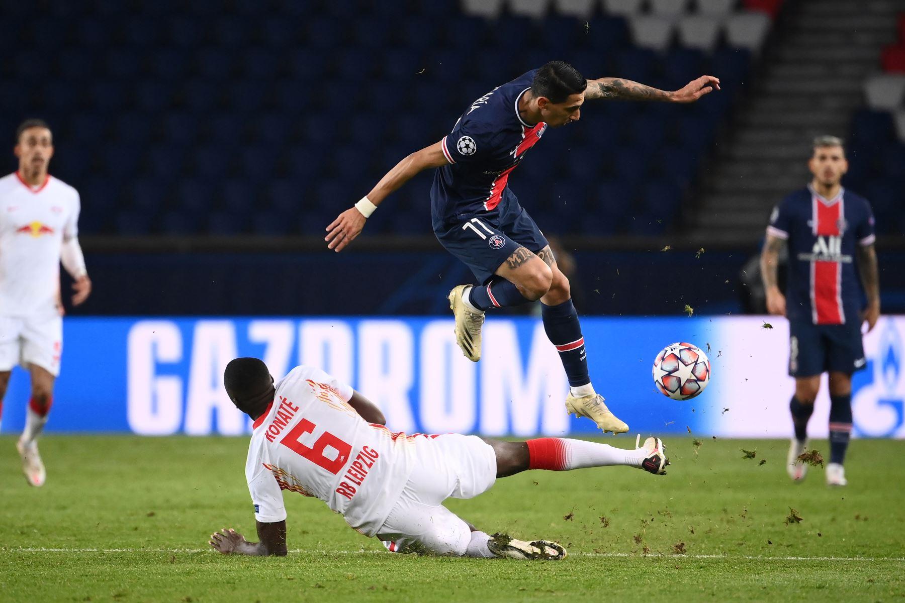 El centrocampista argentino del Paris Saint-Germain Angel Di Maria compite por el balón con el defensor francés del Leipzig Ibrahima Konate durante el grupo H de la Liga de Campeones de la UEFA. Foto: AFP