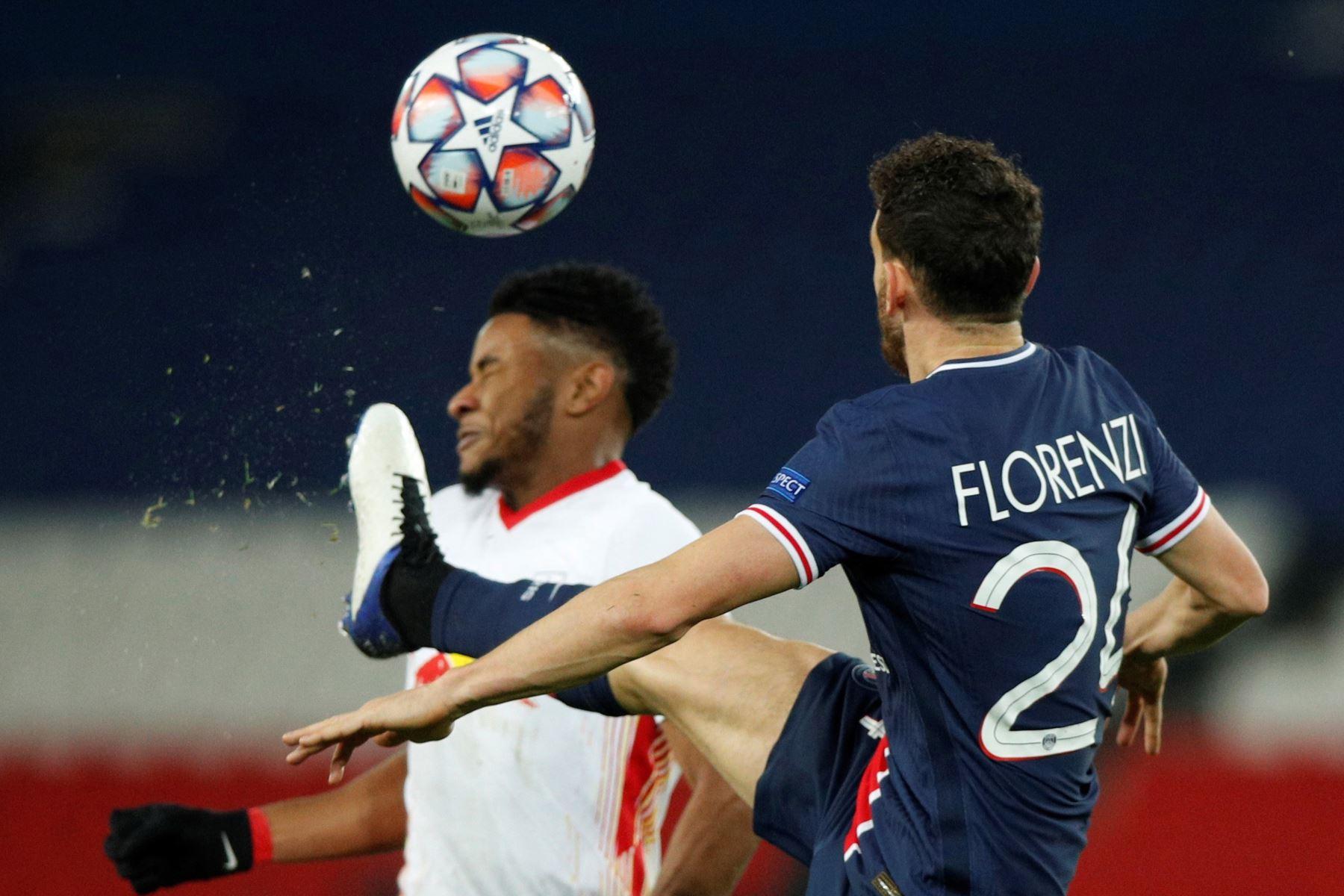 Alessandro Florenzi del PSG en acción contra Christopher Nkunku de Leipzig durante el partido de fútbol del Grupo H de la Liga de Campeones de la UEFA. Foto: EFE
