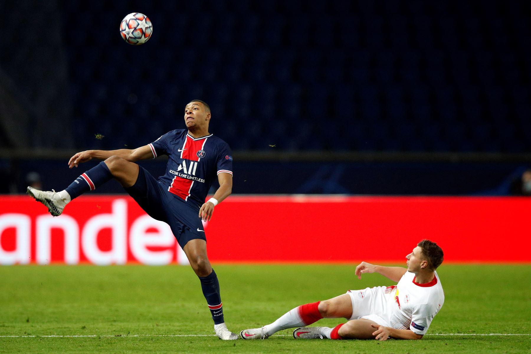 Kylian Mbappe del PSG en acción contra Willi Orban de Leipzig durante el partido de fútbol del Grupo H de la Liga de Campeones de la UEFA. Foto: EFE