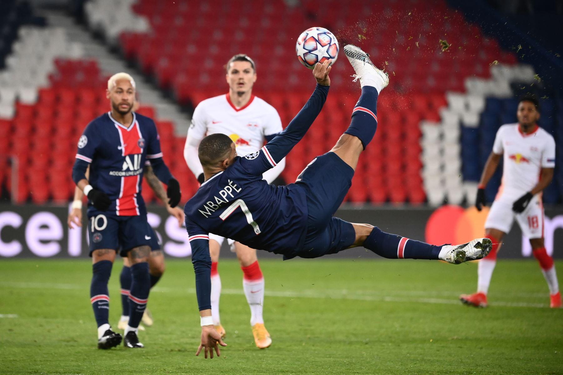 El delantero francés Kylian Mbappé del Paris Saint-Germain patea el balón con tijeras durante el partido de fútbol de segunda etapa del Grupo H de la Liga de Campeones de la UEFA. Foto: AFP