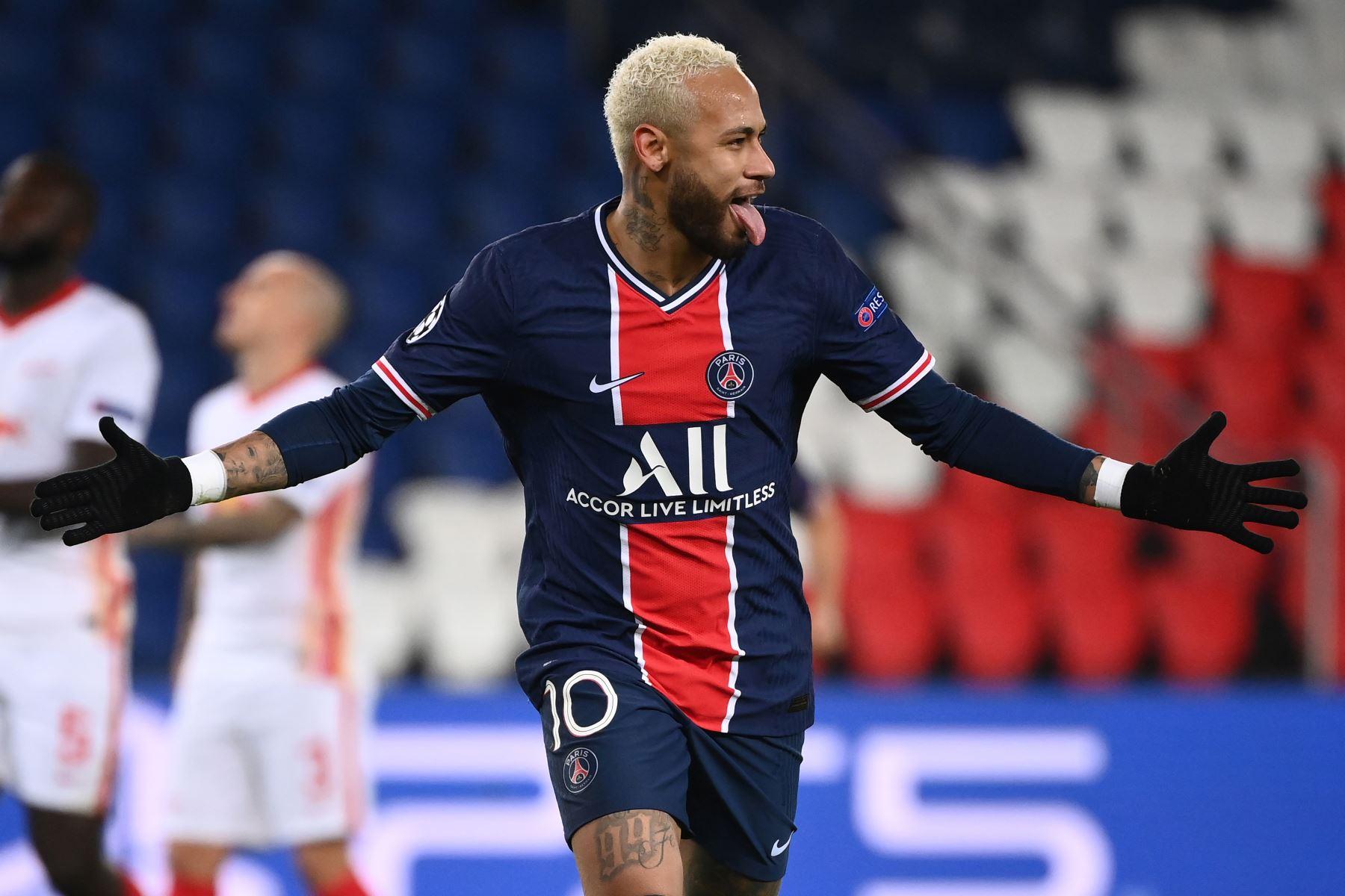 El delantero brasileño del Paris Saint-Germain, Neymar, celebra tras anotar un penalti durante el partido de vuelta del Grupo H de la Liga de Campeones de la UEFA. Foto: AFP