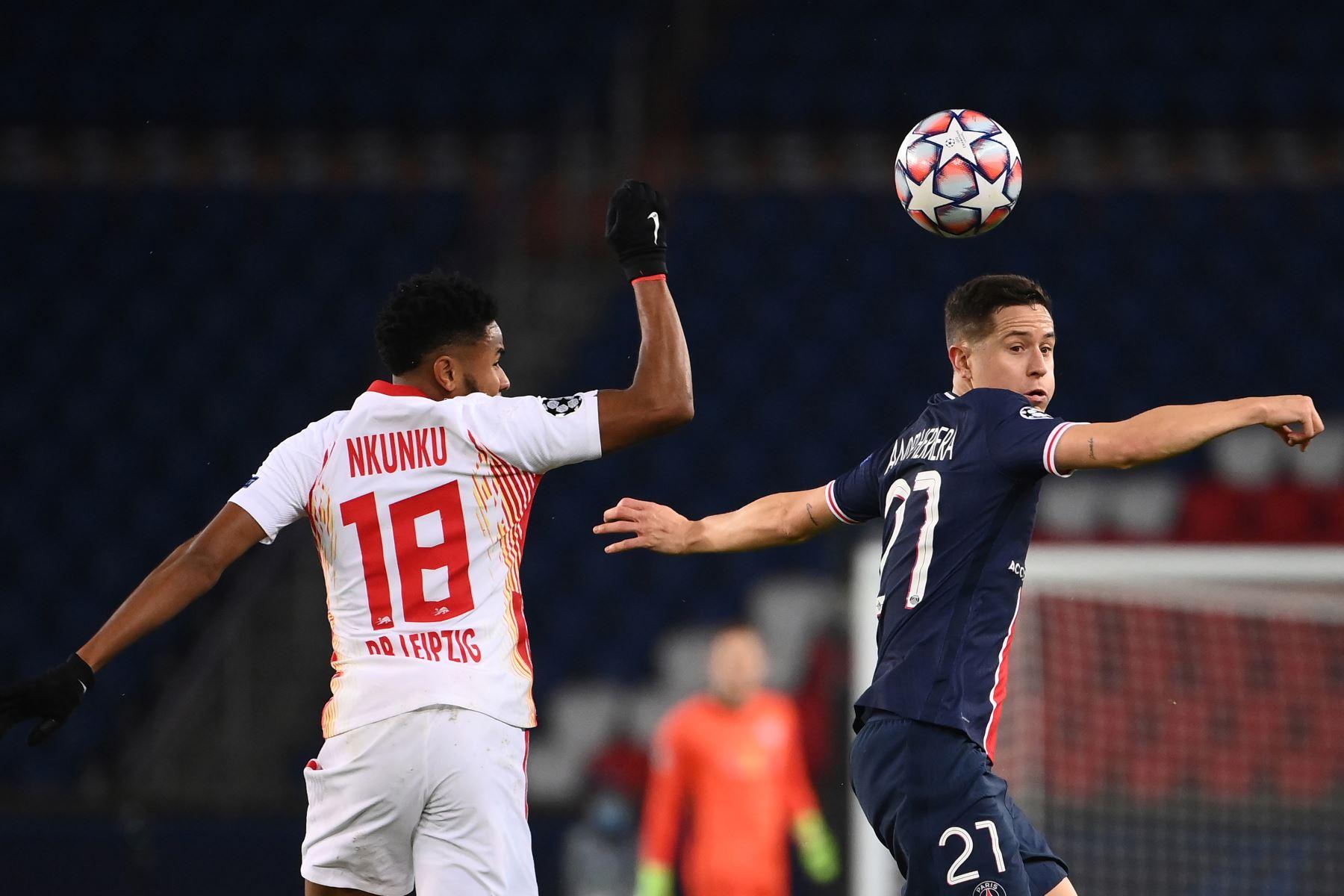 El centrocampista español del Paris Saint-Germain Ander Herrera compite por el balón con el centrocampista francés del Leipzig Christopher Nkunku durante el grupo H de la Liga de Campeones de la UEFA. Foto: AFP