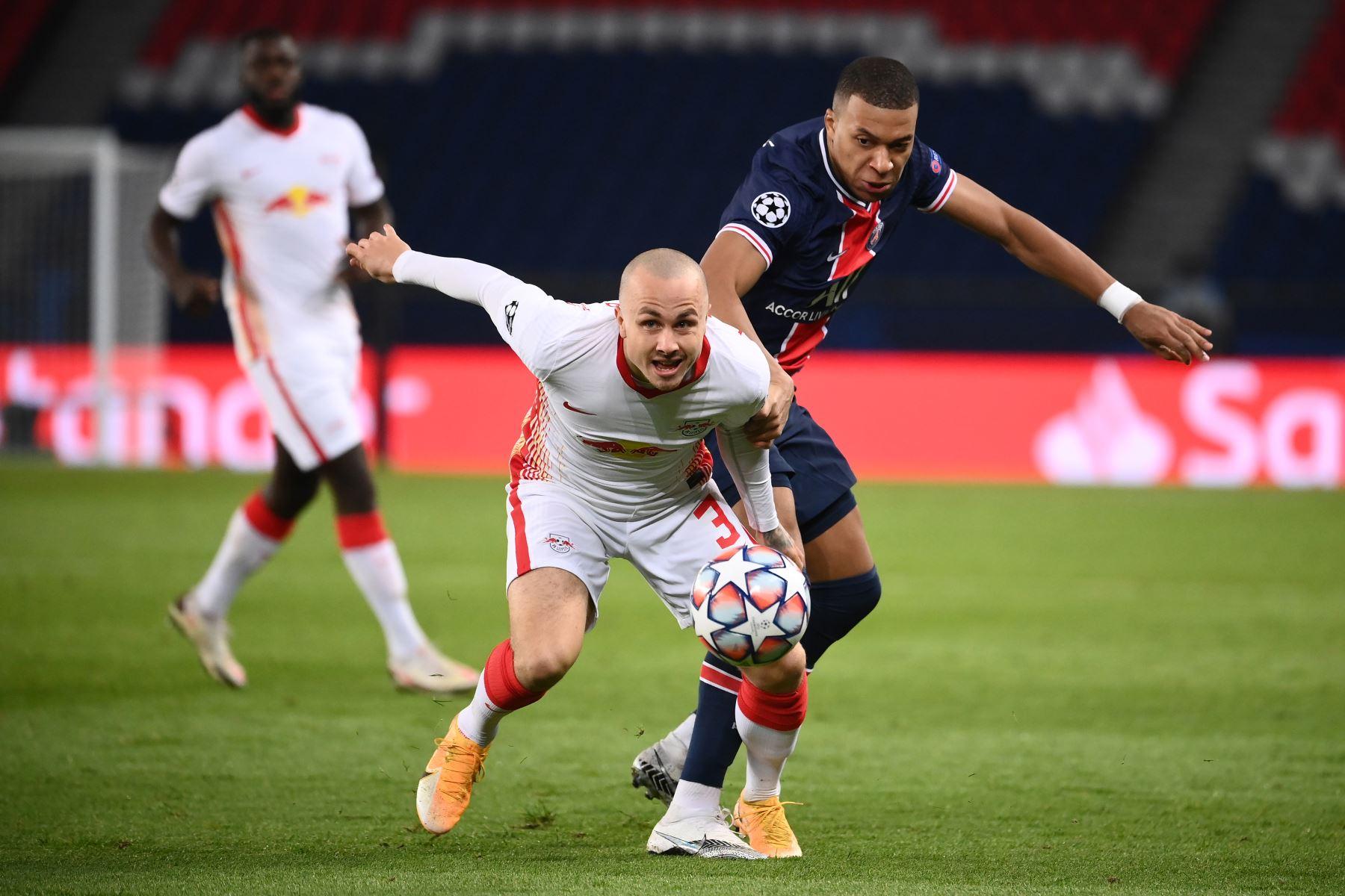 El delantero francés del Paris Saint-Germain Kylian Mbappé compite por el balón con el defensor español del Leipzig Angelino durante el Grupo H de la Liga de Campeones de la UEFA. Foto: AFP