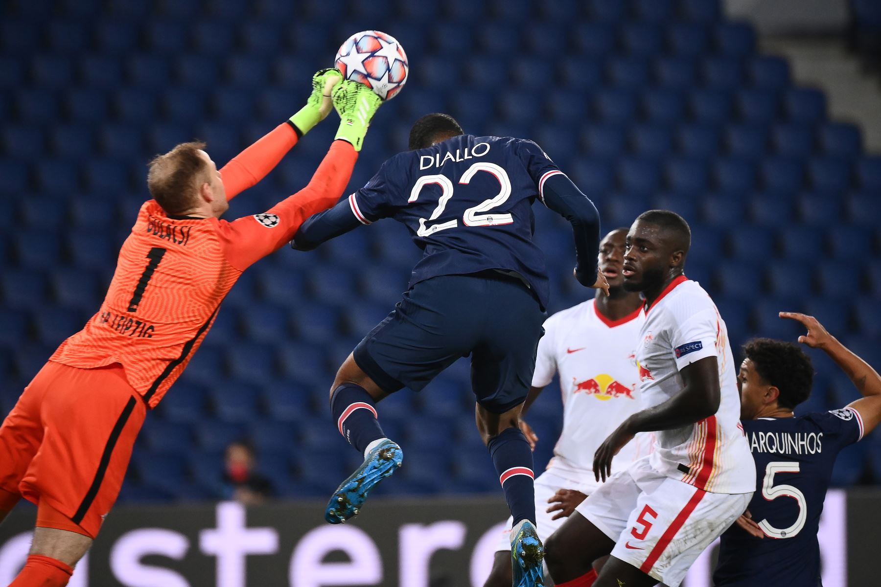 El portero húngaro de Leipzig Peter Gulacsi y el defensor francés del Paris Saint-Germain Abdou Diallo saltan por el balón durante el Grupo H de la Liga de Campeones de la UEFA. Foto: AFP