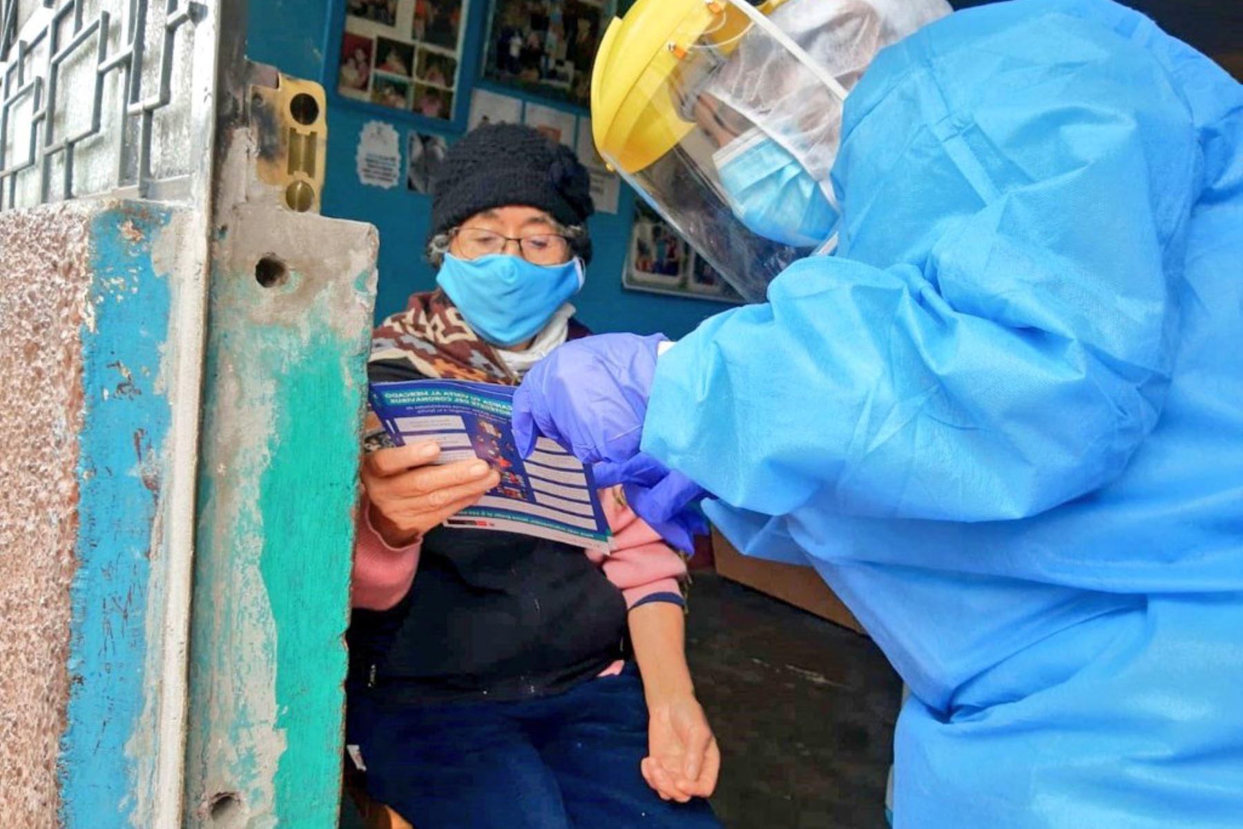 Hoy, en Carabayllo, Equipos de Respuesta Rápida del Minsa realizaron evaluación y descarte de covid-19, con pruebas moleculares, a 481 personas vulnerables. Como parte de la intervención, los especialistas visitaron 330 viviendas del distrito. Foto: Minsa