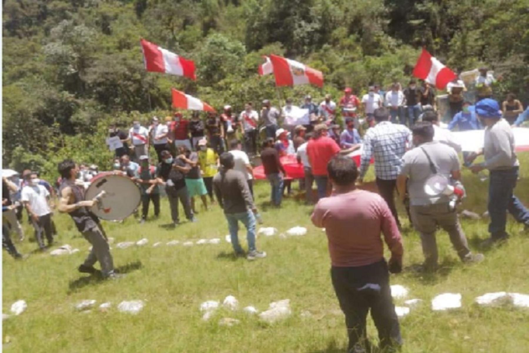 Las protestas contra las empresas privadas comenzaron hoy con la participación de centenares de pobladores que marcharon por la ciudad de Machu Picchu, Ollantaytambo y tramos de la vía férrea.