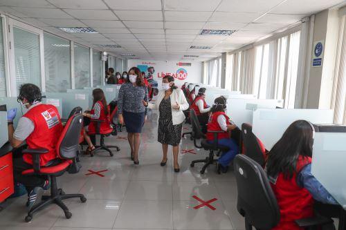 Premier Violeta Bermúdez visita al equipo de la Línea 100 del MIMP