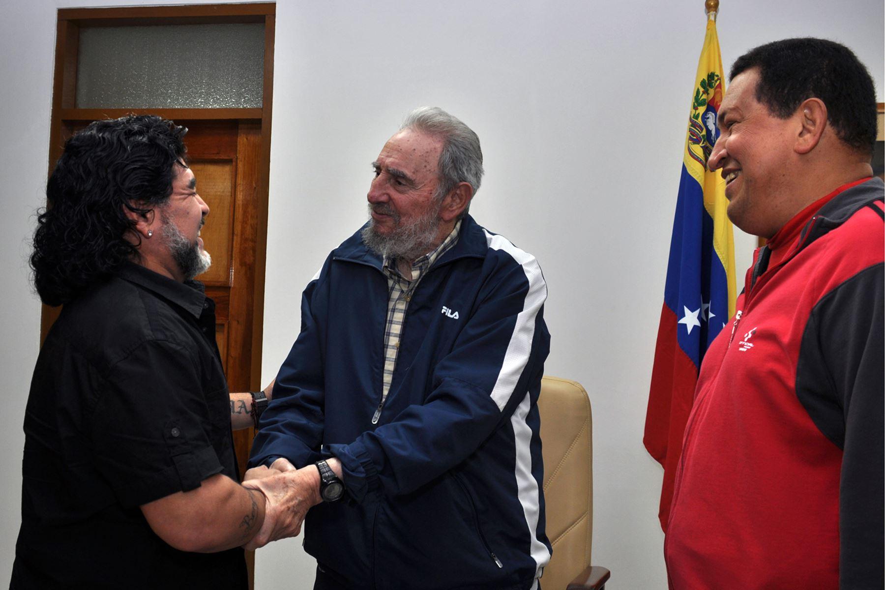 Fotografía publicada por el Ministerio de Comunicación e Información de Venezuela (Minci) muestra al presidente venezolano Hugo Chávez, el presidente cubano Fidel Castro y futbolista argentino Diego Maradona, en La Habana, el 23 de julio de 2011. Foto: AFP