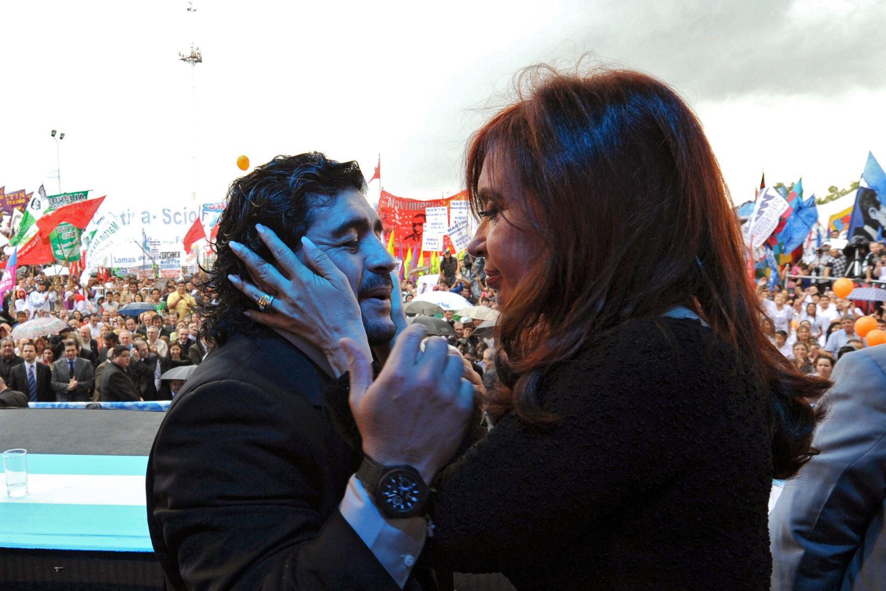 Foto del folleto publicado por la presidencia argentina de la presidenta argentina Cristina Fernández de Kirchner cogiendo el rostro del ex entrenador de la selección argentina de fútbol, Diego Maradona, durante un mitin en Lomas de Zamora, Buenos Aires, el 2 de diciembre de 2010. Foto: AFP