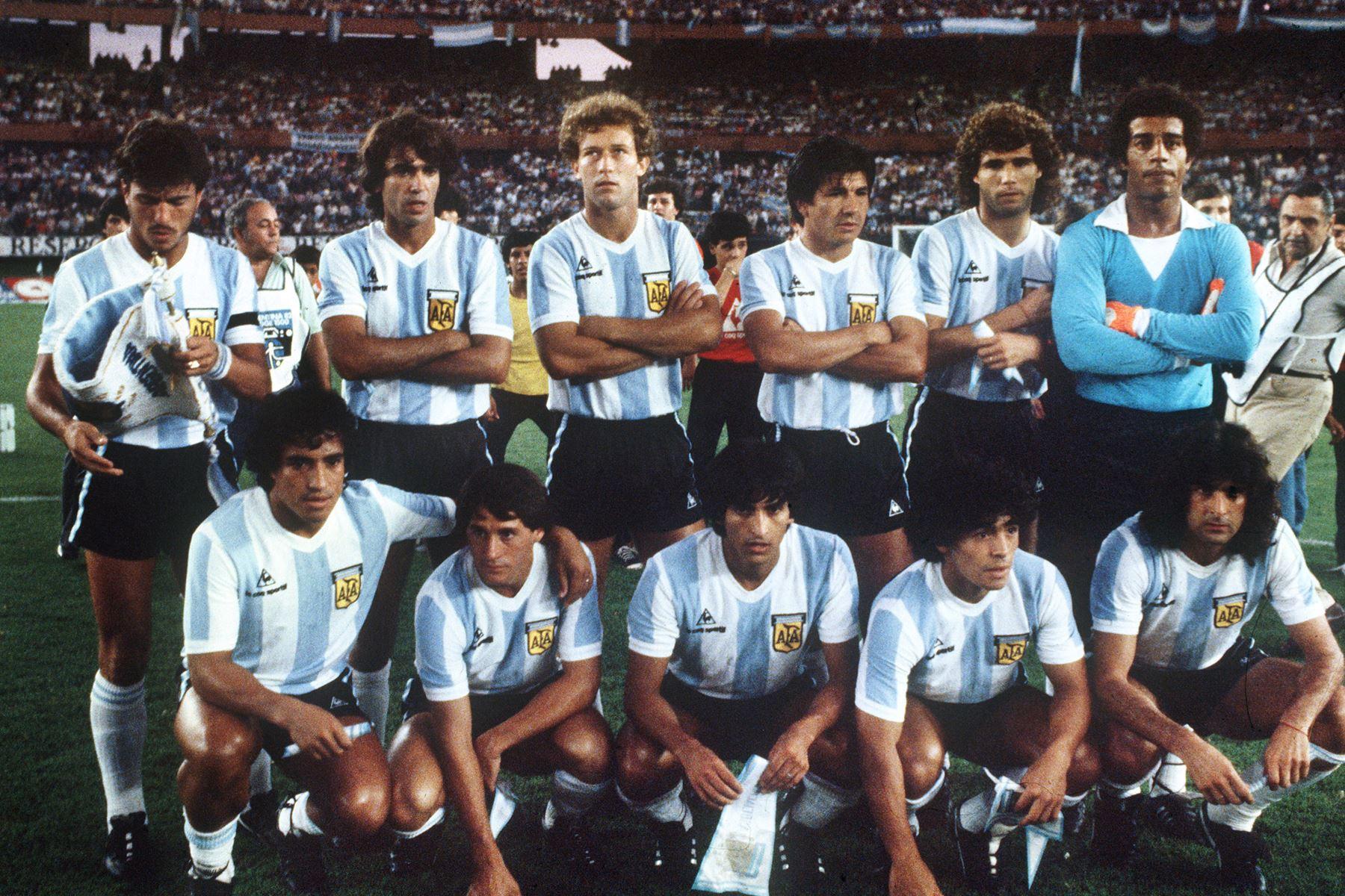 Foto de archivo de fecha 03 de mayo de 1982 del equipo de fútbol de Argentina, clasificado para la ronda final de la Copa del Mundo de 1982. Foto: AFP